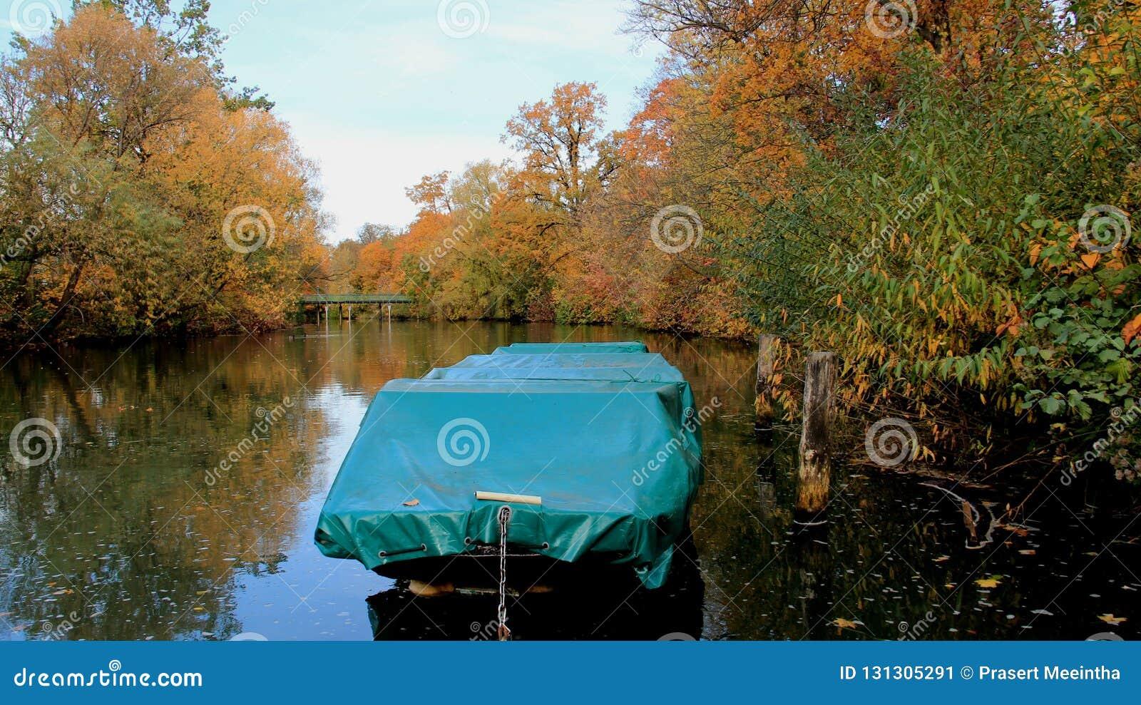 Bomblowanie rzeka W jesieni