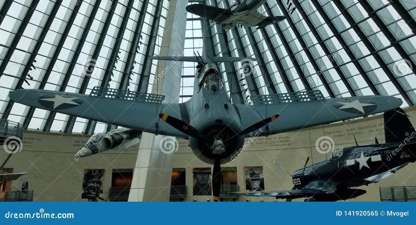 Bombplan f?r dyk f?r SBD f?r v?rldskrig II en dj?rv p? medborgaren Marine Corps Museum