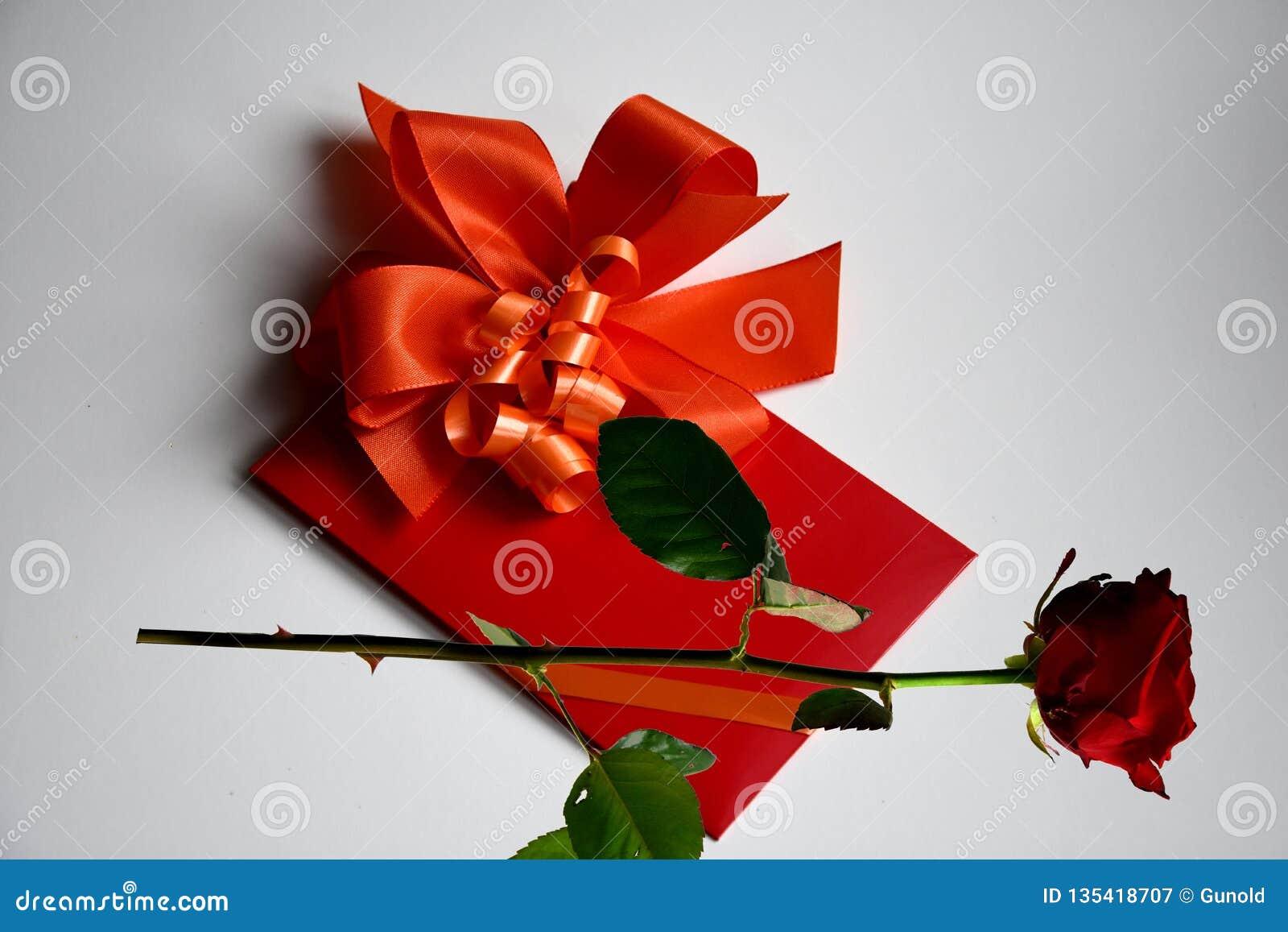Bon de cadeau avec l arc rouge
