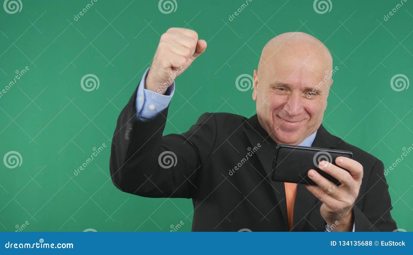 Bon faire des gestes de nouvelles financières d homme d affaires de téléphone sûr d Image Read Cell heureux
