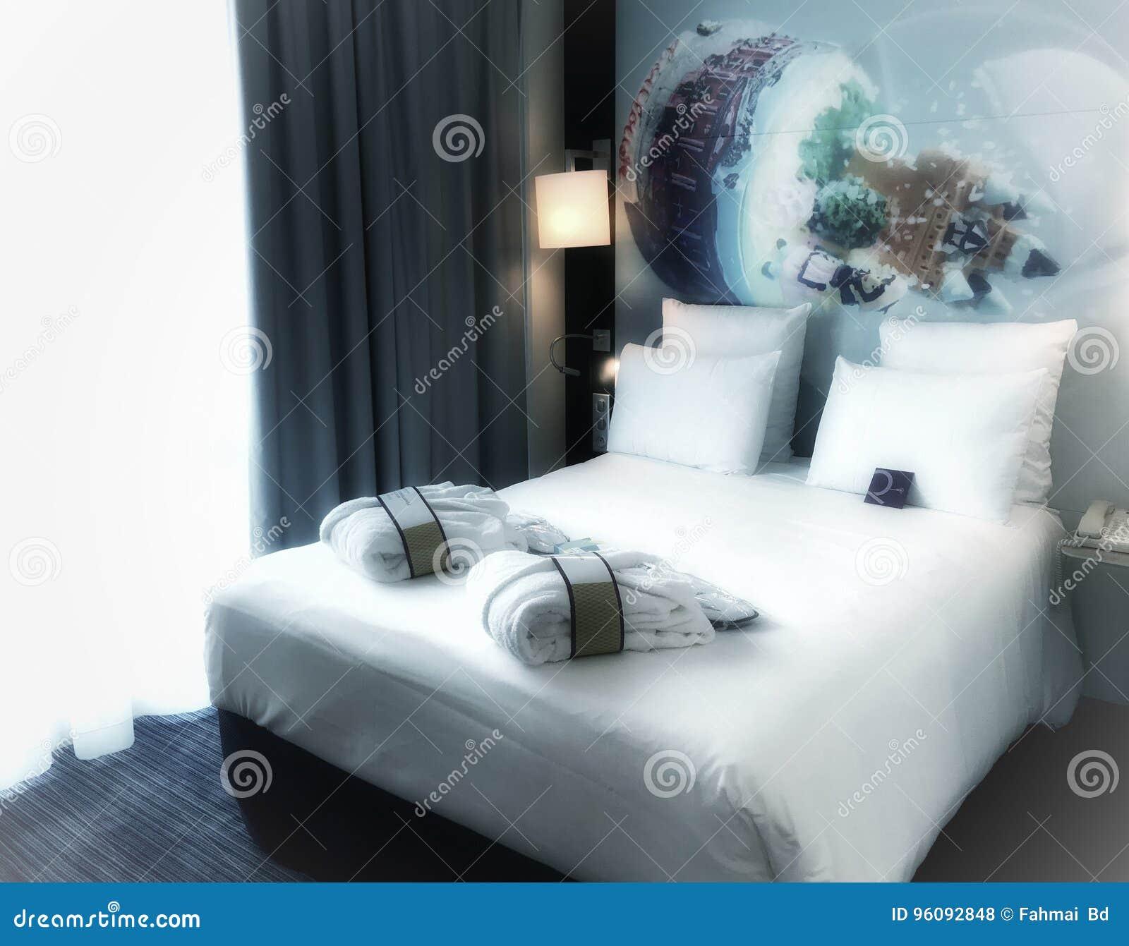 Chambre à Coucher De Décoration Simple Et Propre Gentille Dans Le Blanc