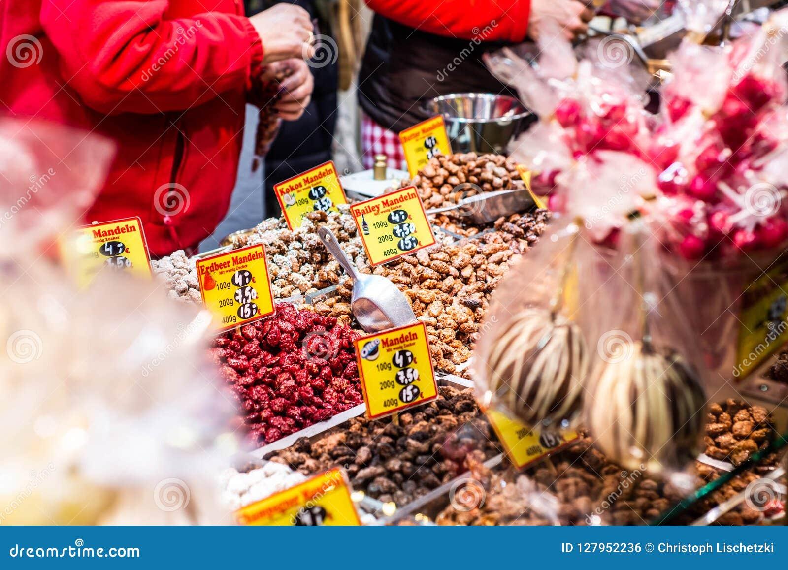 Bona Alemanha 17 12 Mercado 2017 do Natal da cidade velha de Koblenz que vende doces tradicionais