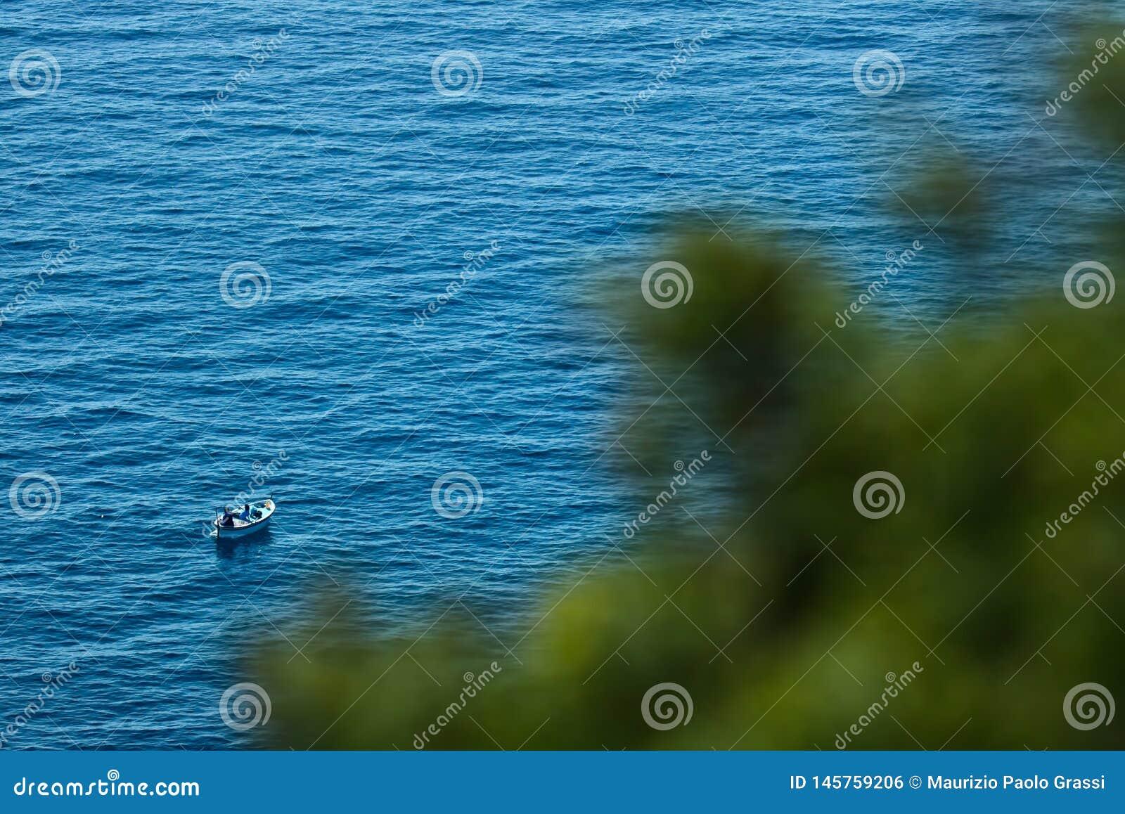 Bonassola, blisko Cinque Terre, Liguria 03/31/2019 Łódź rybacka w błękitnym morzu blisko Pięć ziemi