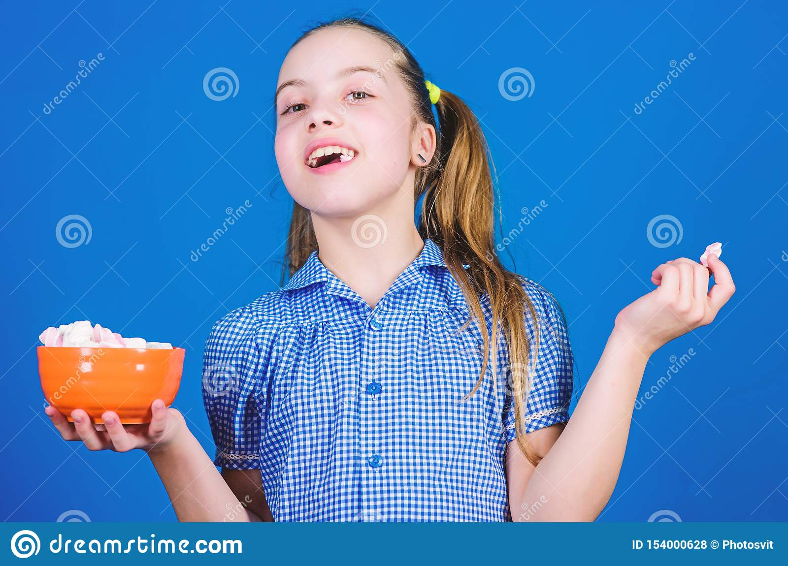 Bonbon de gelukkige snoepjes en de traktaties van weinig kindliefde Het kleine meisje eet heemst Het op dieet zijn en calorie Zoe