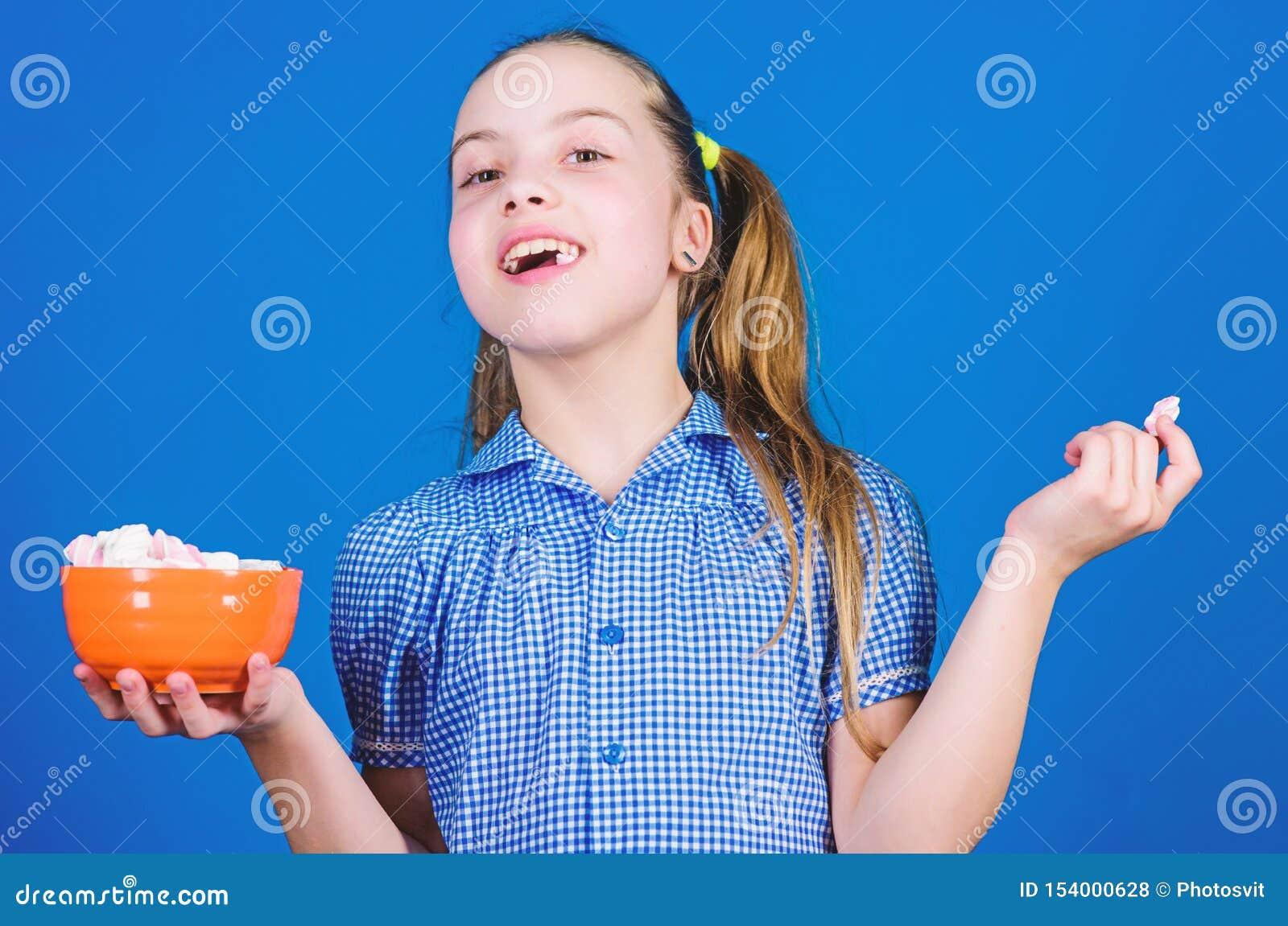 Bonbon szcz??liwi ma?e dziecko mi?o?ci cukierki i fundy Ma?a dziewczyna je marshmallow Dieting i kaloria S?odkiego z?bu poj?cie