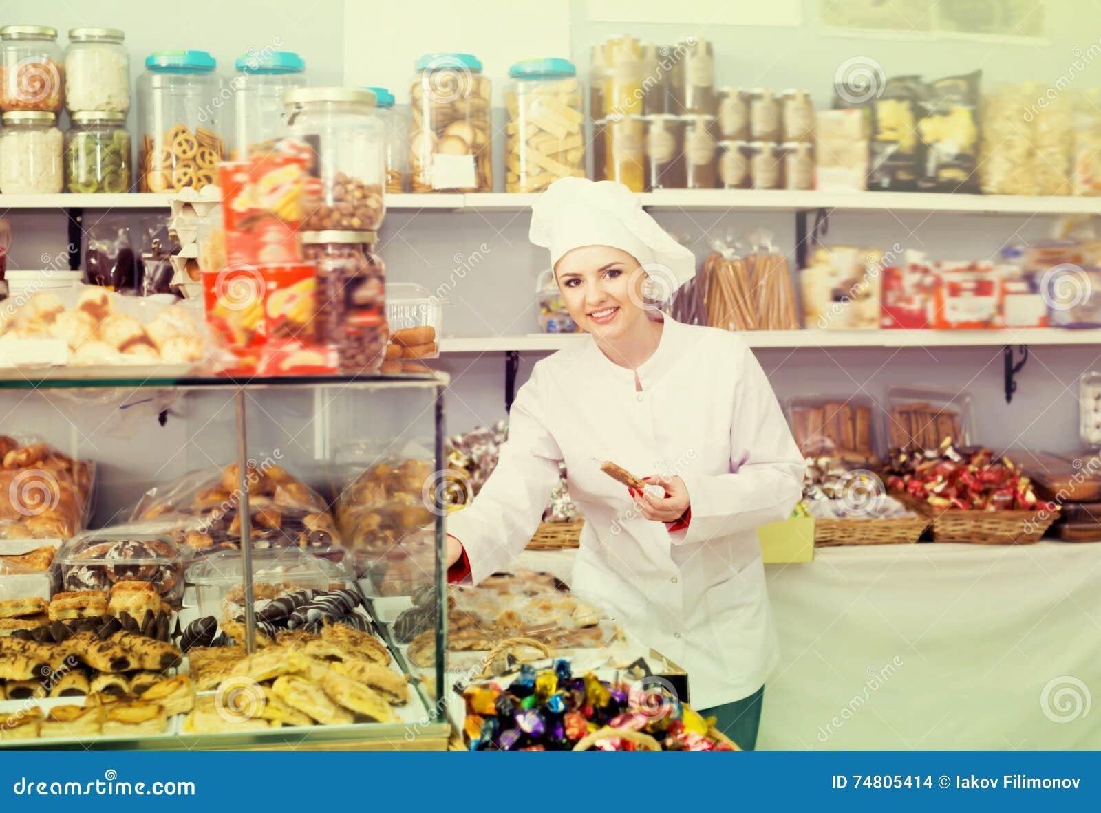 Bonbons de offre à vendeuse heureuse de femme