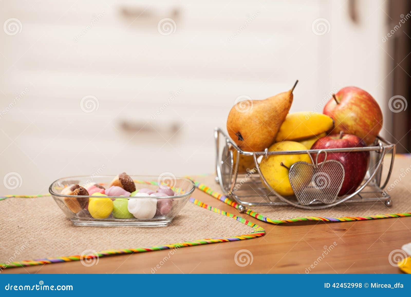 Bonbons und Früchte auf dem Tisch