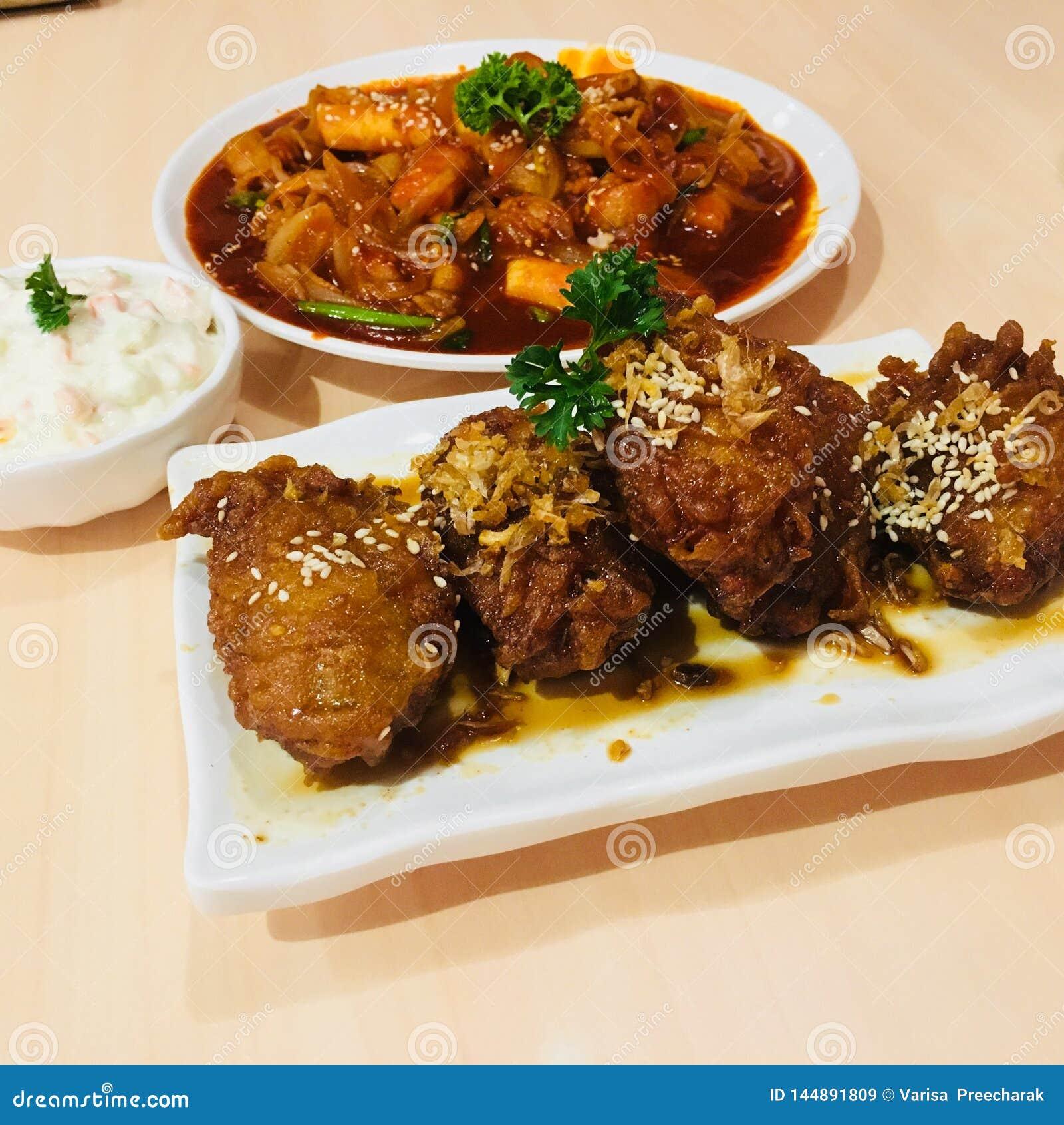 Bonchon油煎了与topokki韩国来源的韩国鸡