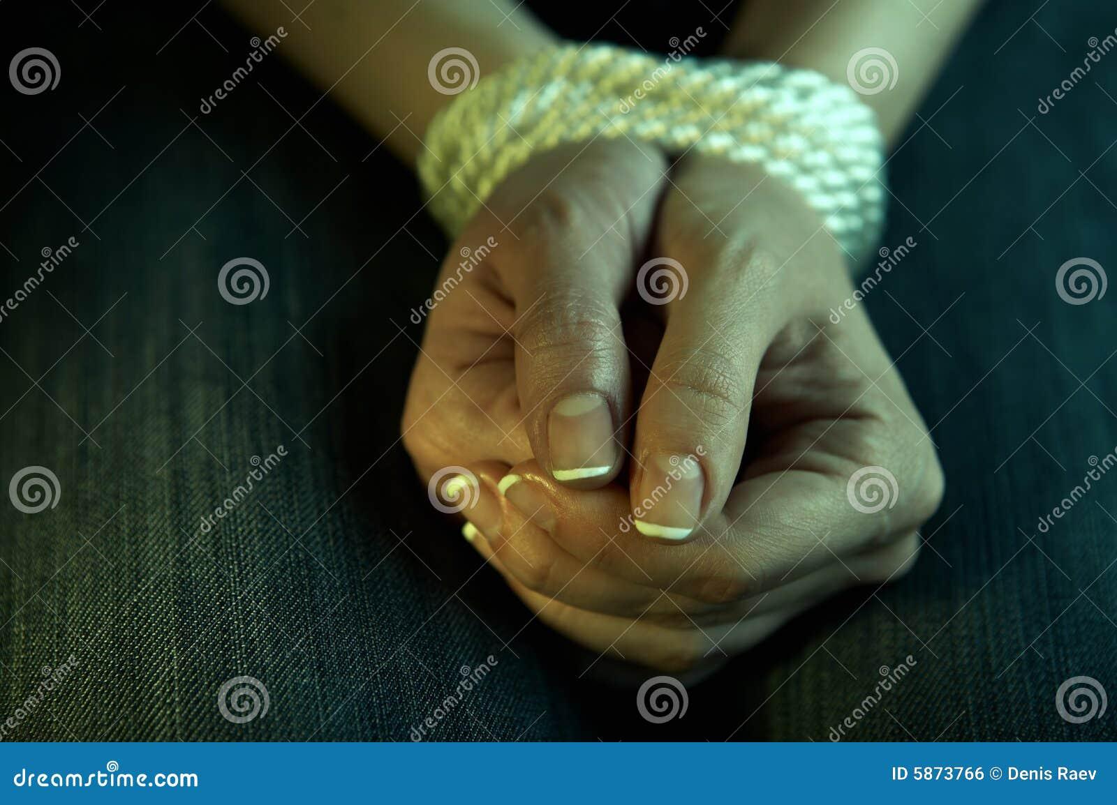 Связывает девушке руки 15 фотография