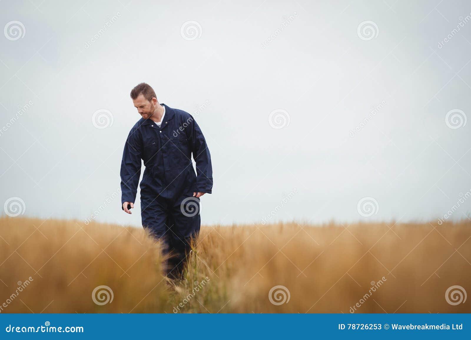 Bonde som kontrollerar hans skördar