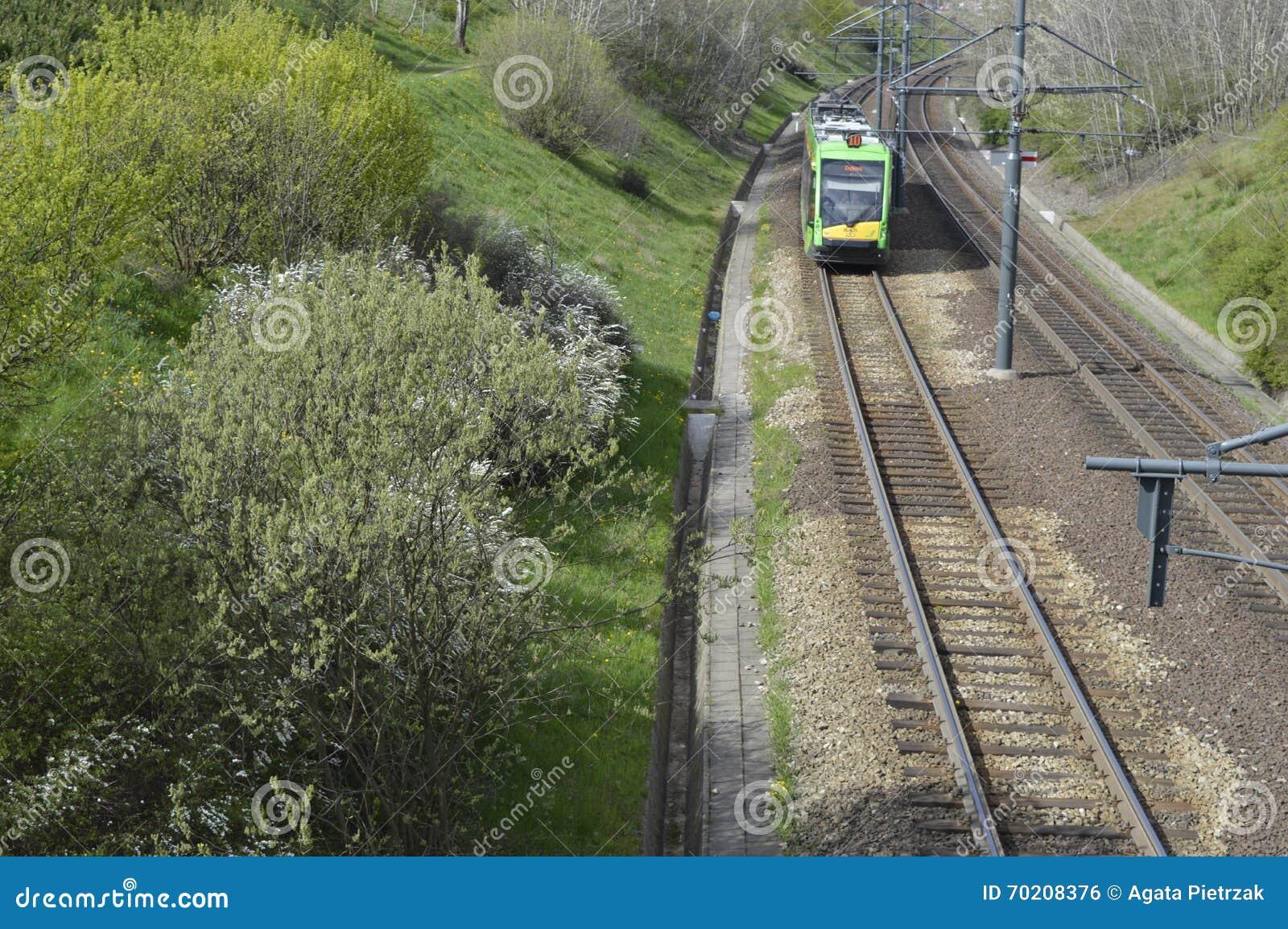 Bonde verde nos trilhos