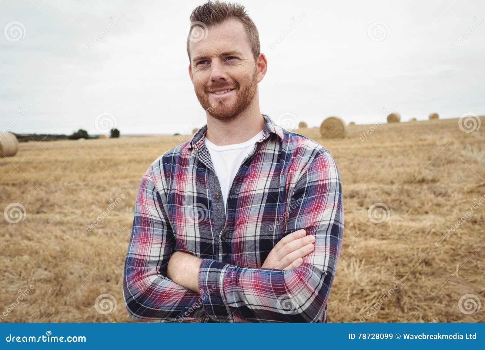 Bondeanseendet med armar korsade i fältet
