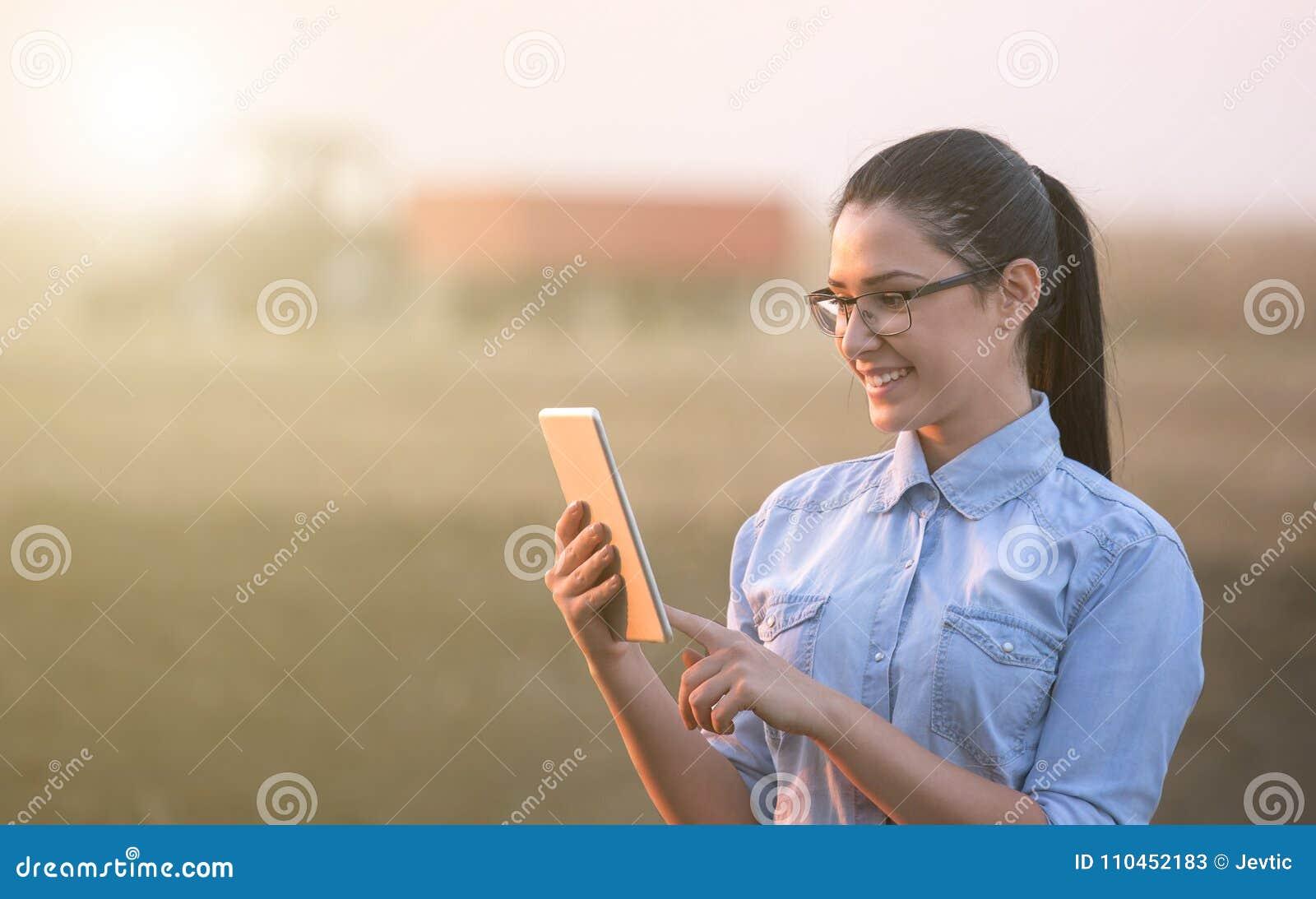 Bondekvinna med minnestavlan i fält