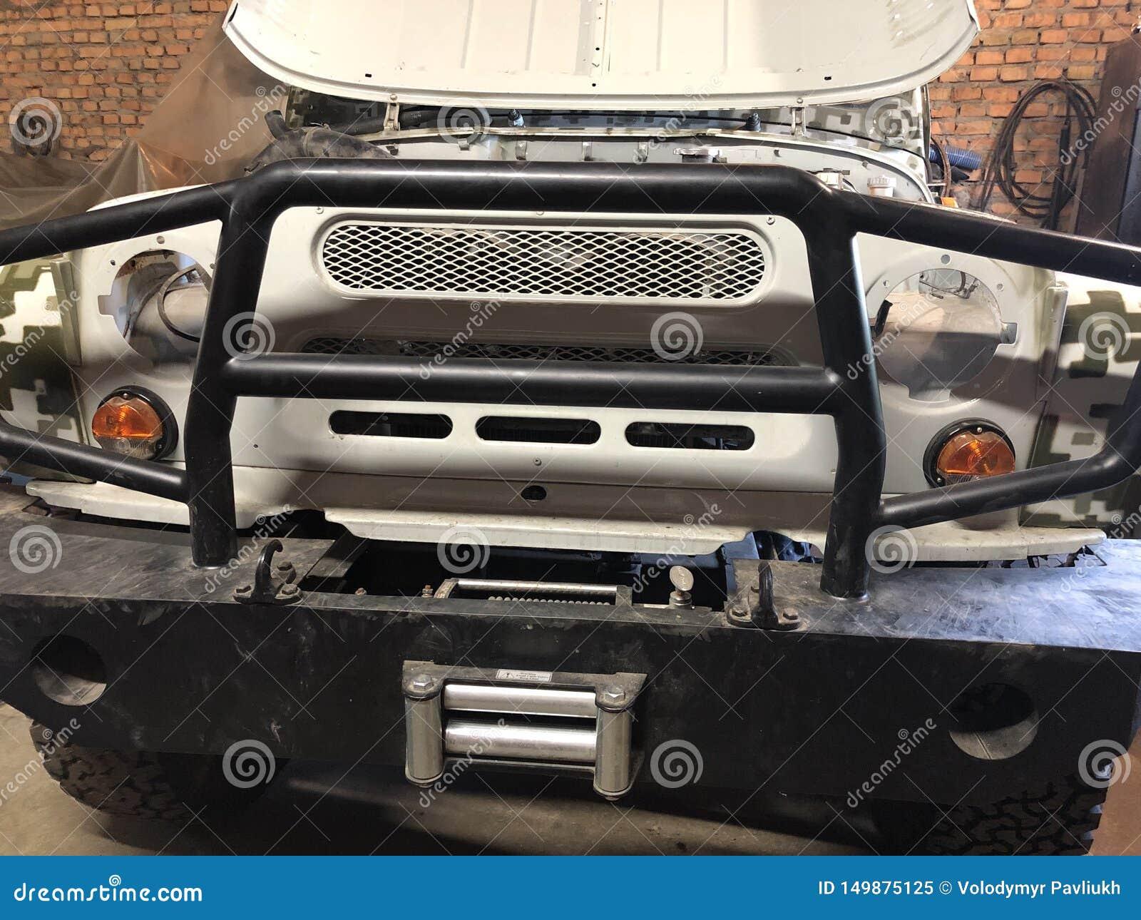 Bonden väntar, när han gör hans bil, reparationer det i det övergav rummet