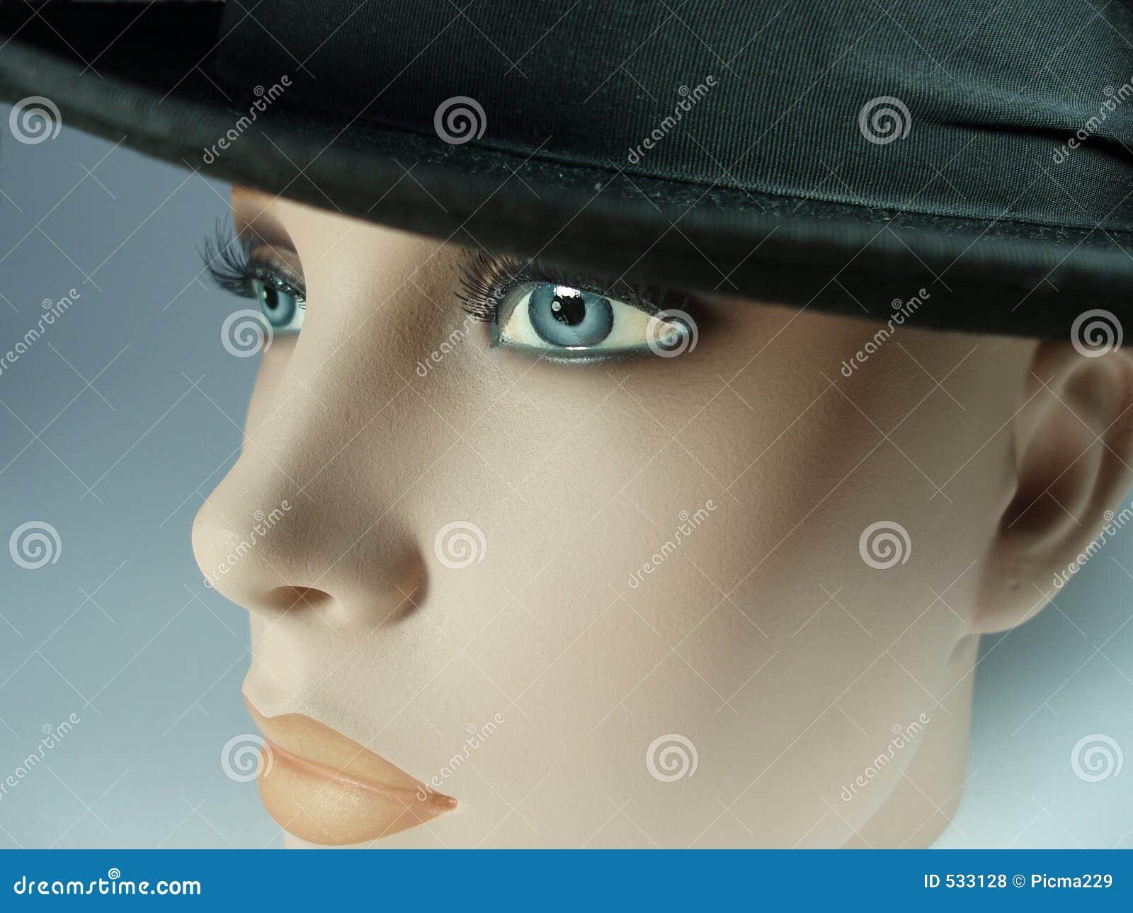 Boneca com chapéu negro 1