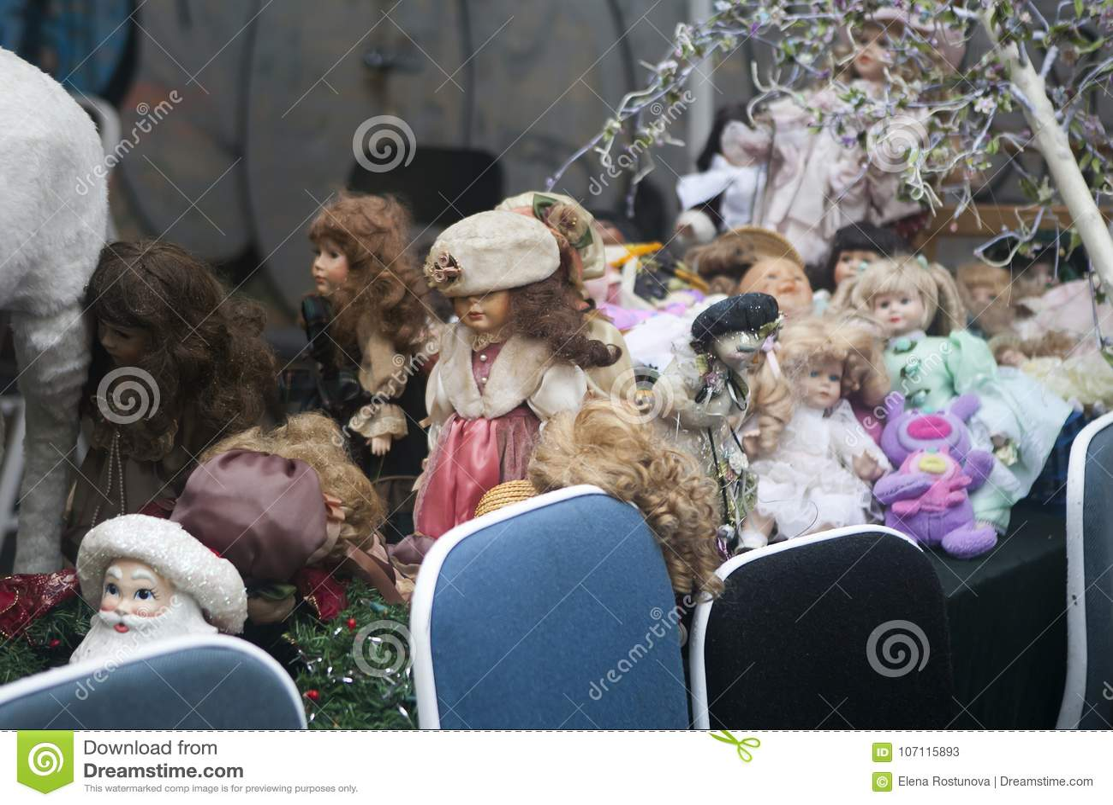 Bonecas velhas do vintage na venda na feira da ladra em Bricklane