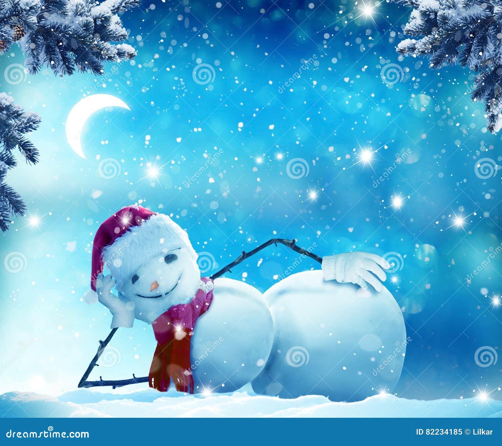Boneco de neve engraçado que encontra-se na neve