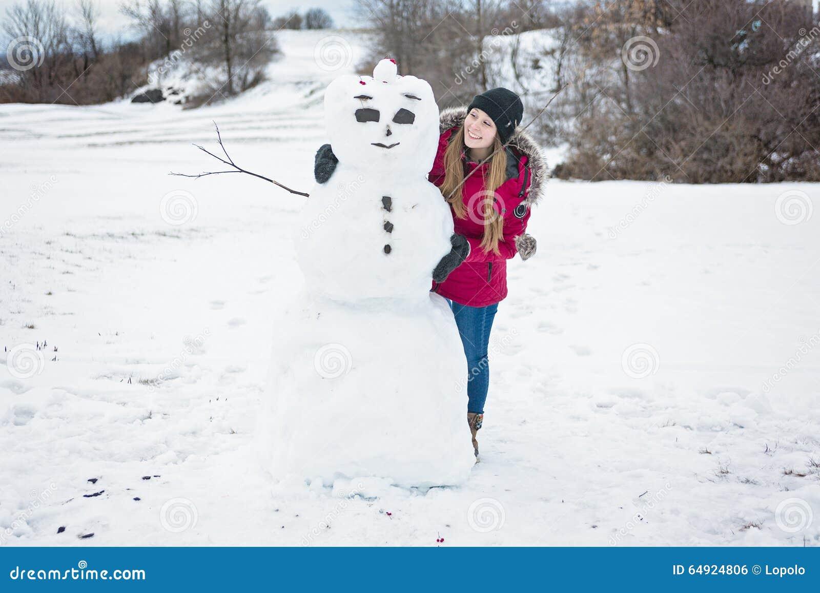 Bonhomme de neige et jeune fille dans la saison d 39 hiver photo stock image du bonheur femelle - Bonhomme fille ...