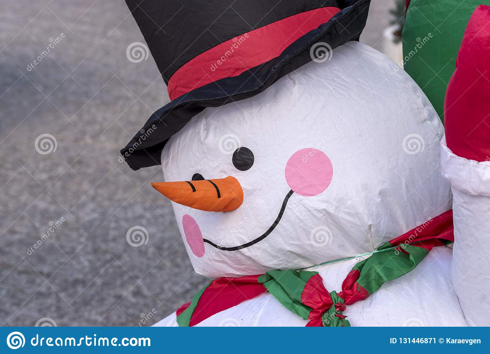 Bonhomme de neige gonflable de Noël sur la rue Fond de vacances de Noël ou de nouvelle année