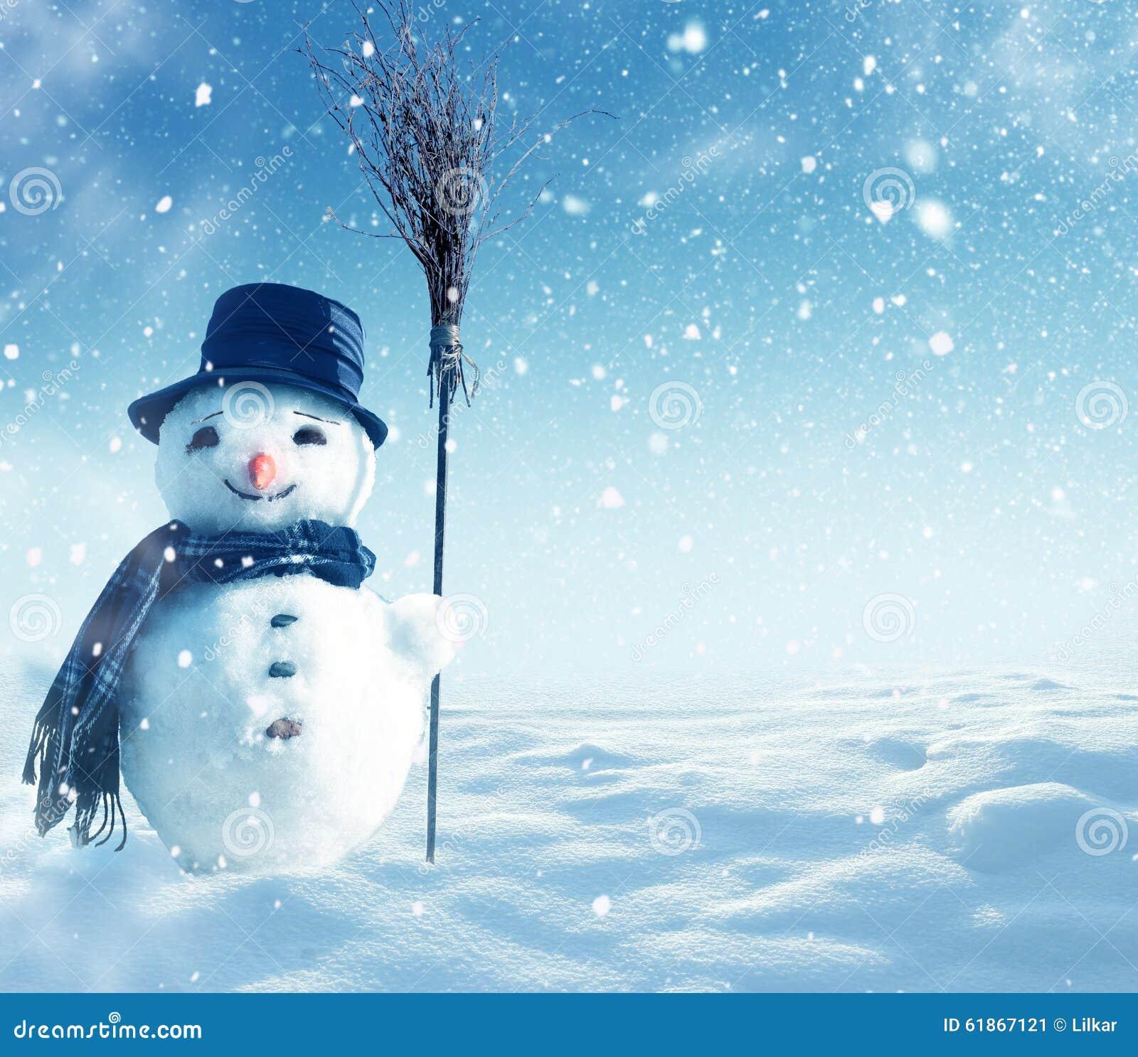 Bonhomme de neige se tenant dans le paysage de no l d for Architecture qui se fond dans le paysage