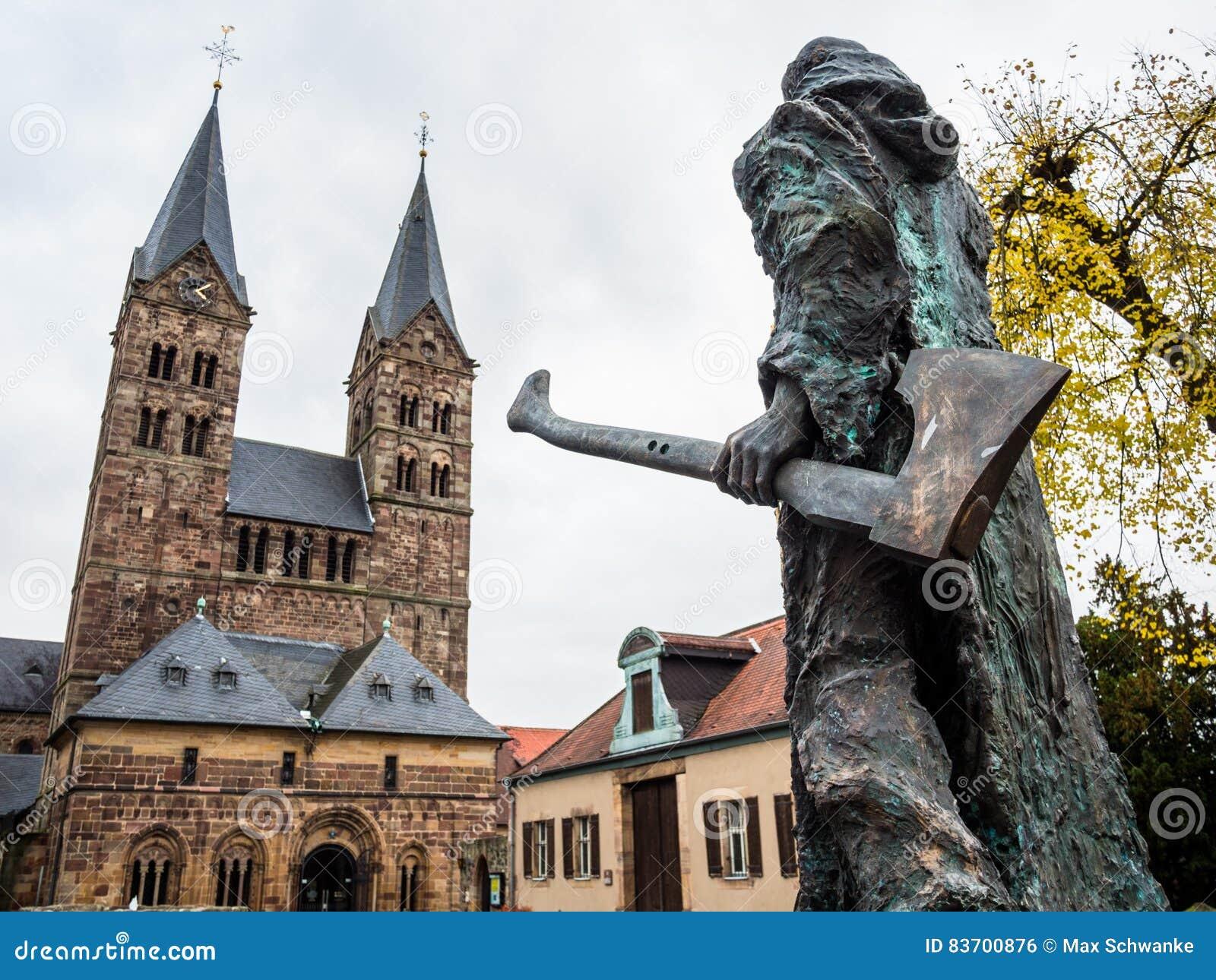 Bonifatius davanti alla cattedrale in Fritzlar