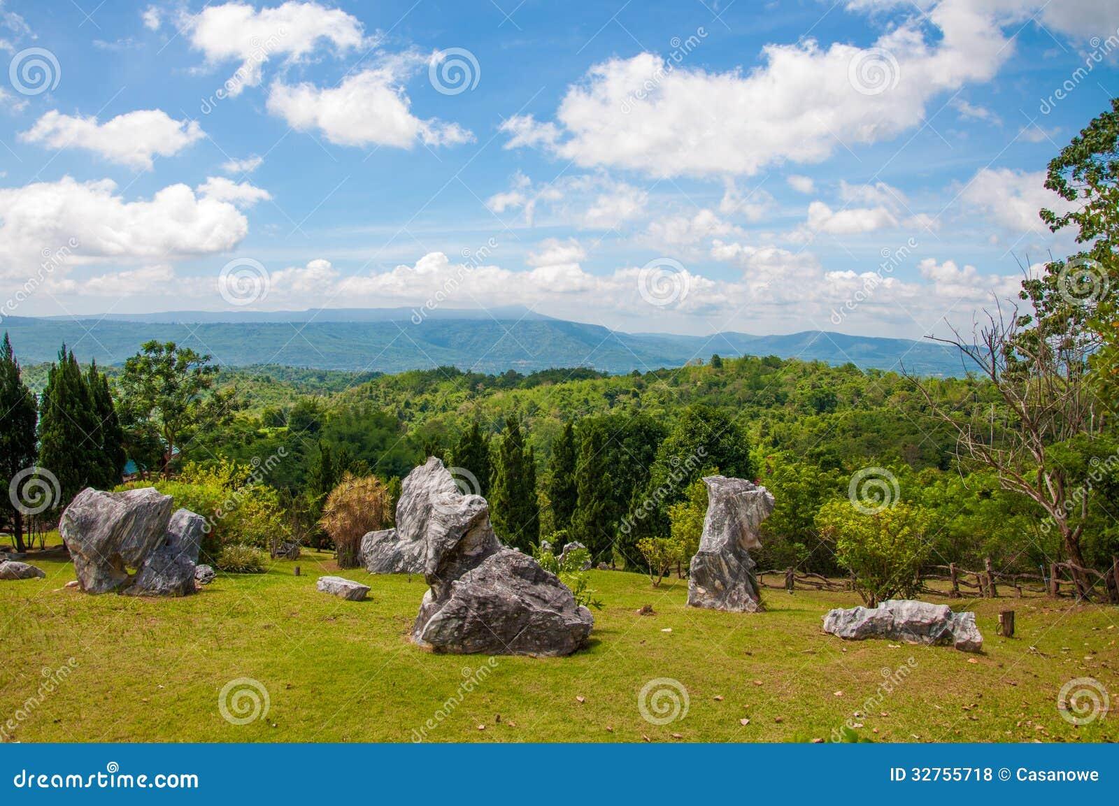 pedras grandes jardim : pedras grandes jardim:Bonito De Pedra Grande No Jardim Fotos de Stock Royalty Free – Imagem