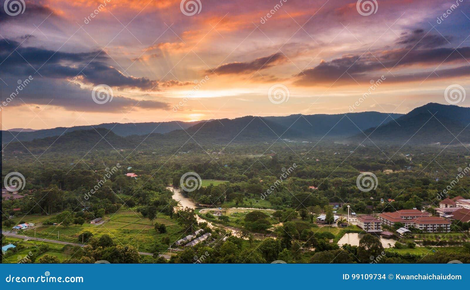 Bonito do por do sol na montanha e na paisagem de Nakhonnayok
