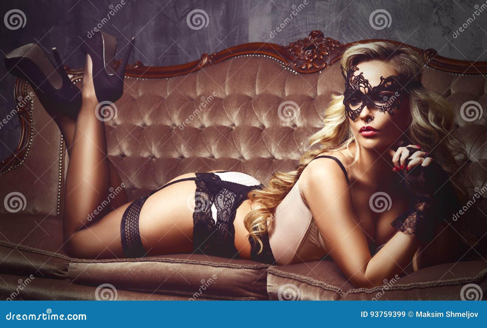 Bonito e jovem mulher que levantam na roupa interior  sexy  e em m Venetian