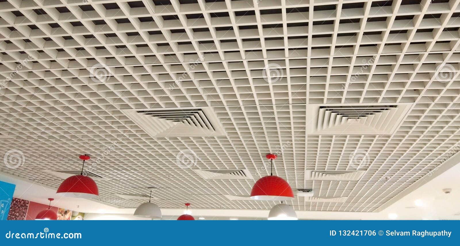 Bonito projetado com teto interior dos quadrados