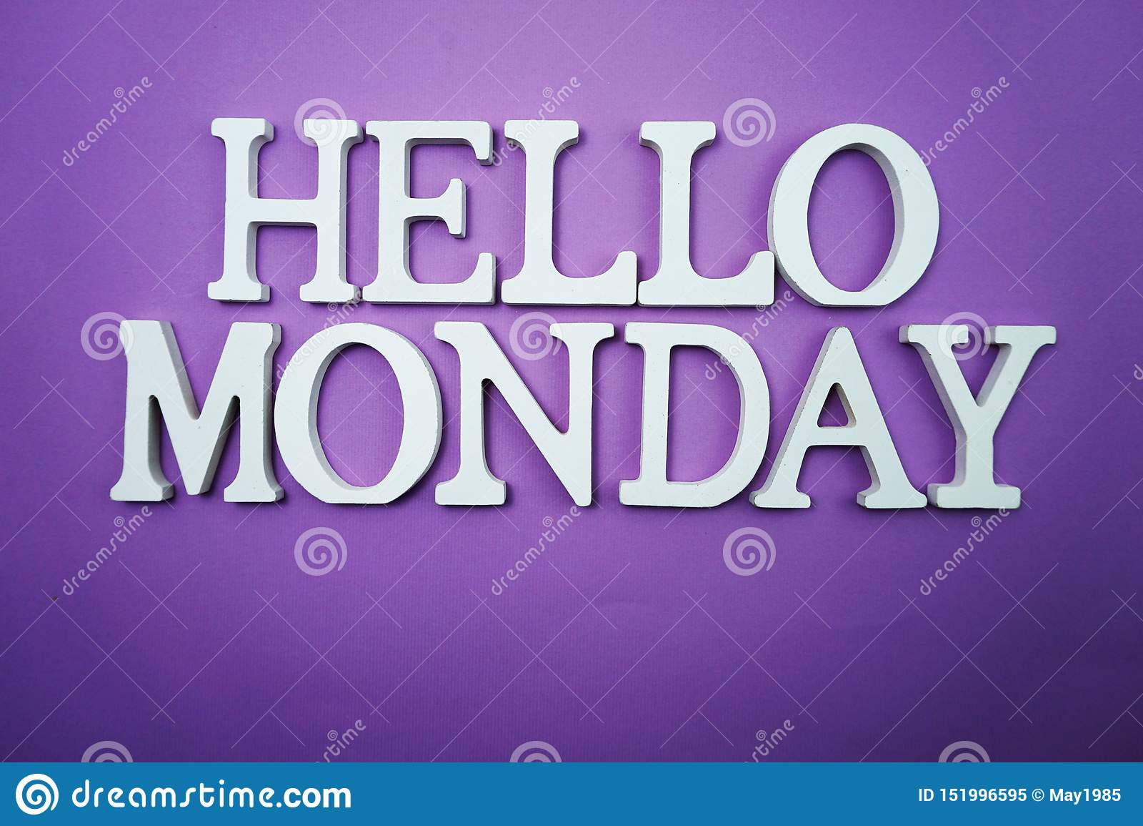 Bonjour alphabet en bois de lettre de lundi sur le fond pourpre
