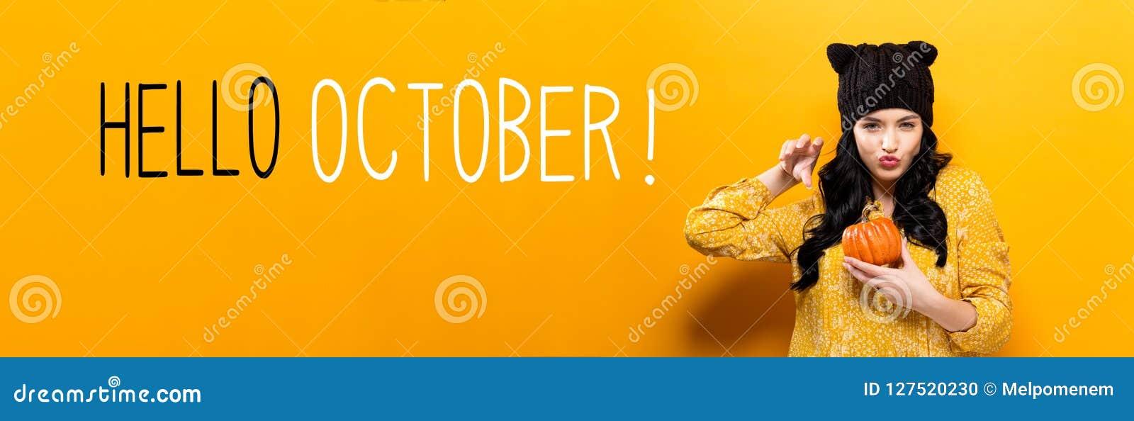 Bonjour octobre avec la femme tenant un potiron