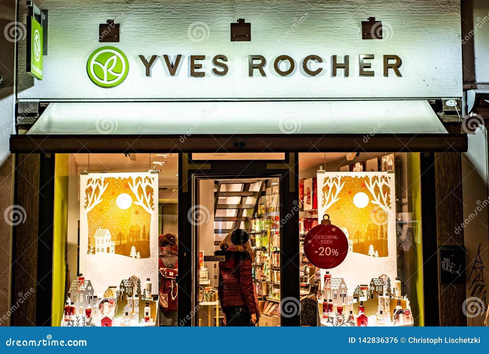 BONN, NIEMCY 17 12 2017 ludzi wizyty Yves Rocher kosmetycznego sklepu Yves Rocher zakładał w 1959