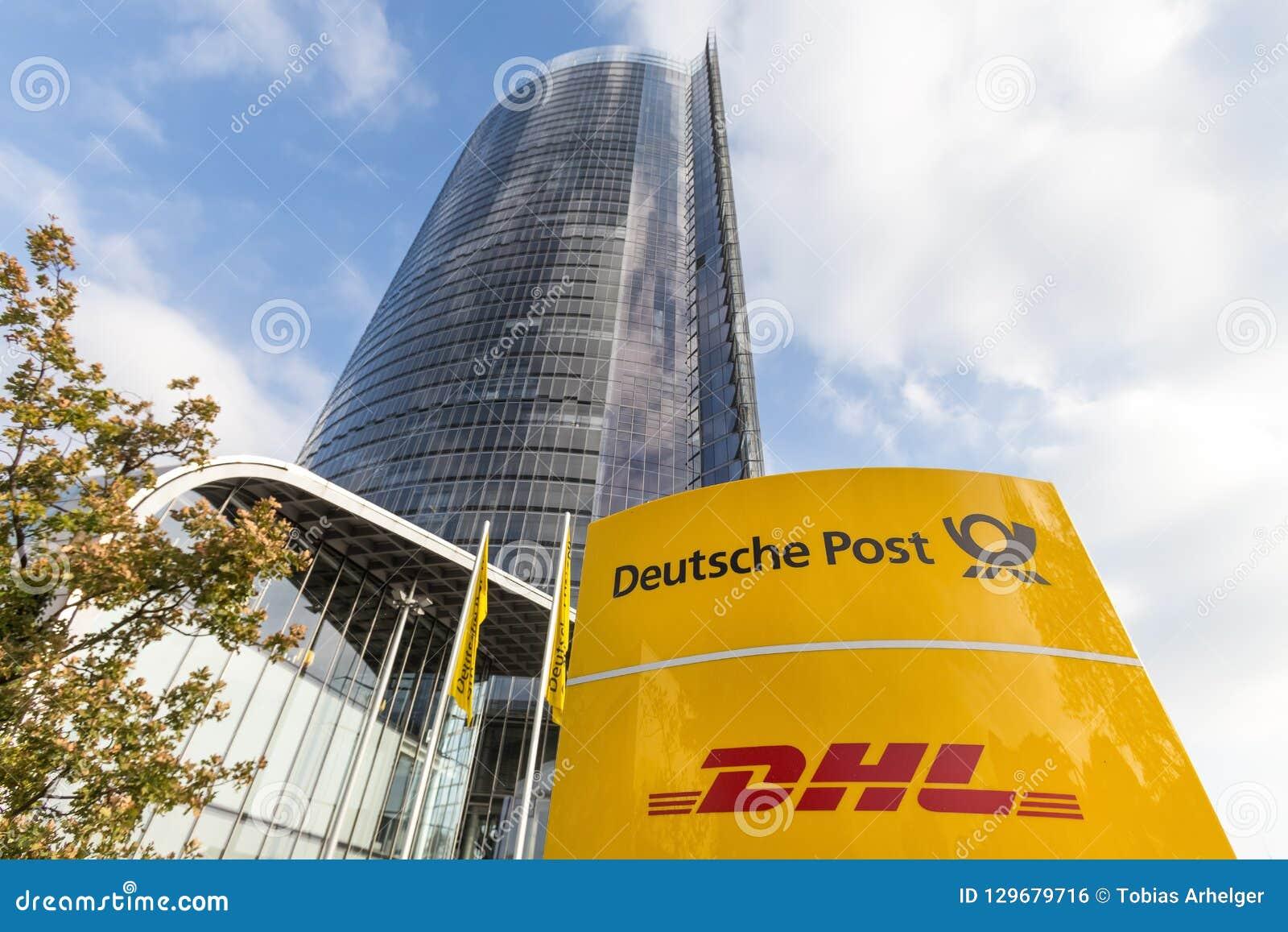 Bonn, Rin-Westfalia del norte/Alemania - 19 10 18: muestra del poste del deutsche delante de la torre principal del poste en Bonn