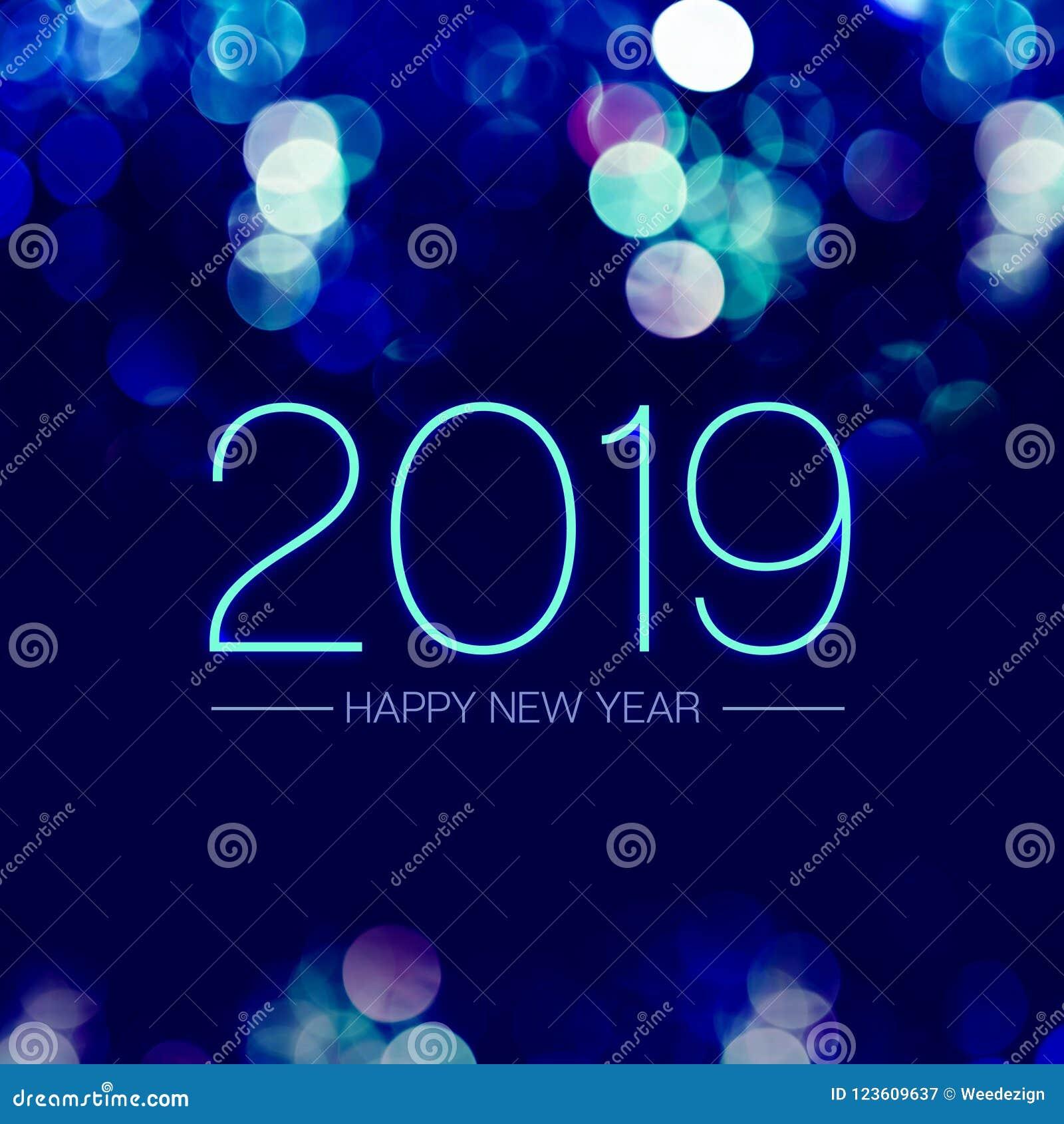 Bonne année 2019 avec le scintillement léger de bokeh bleu sur le fond pourpre bleu-foncé, carte de voeux de vacances