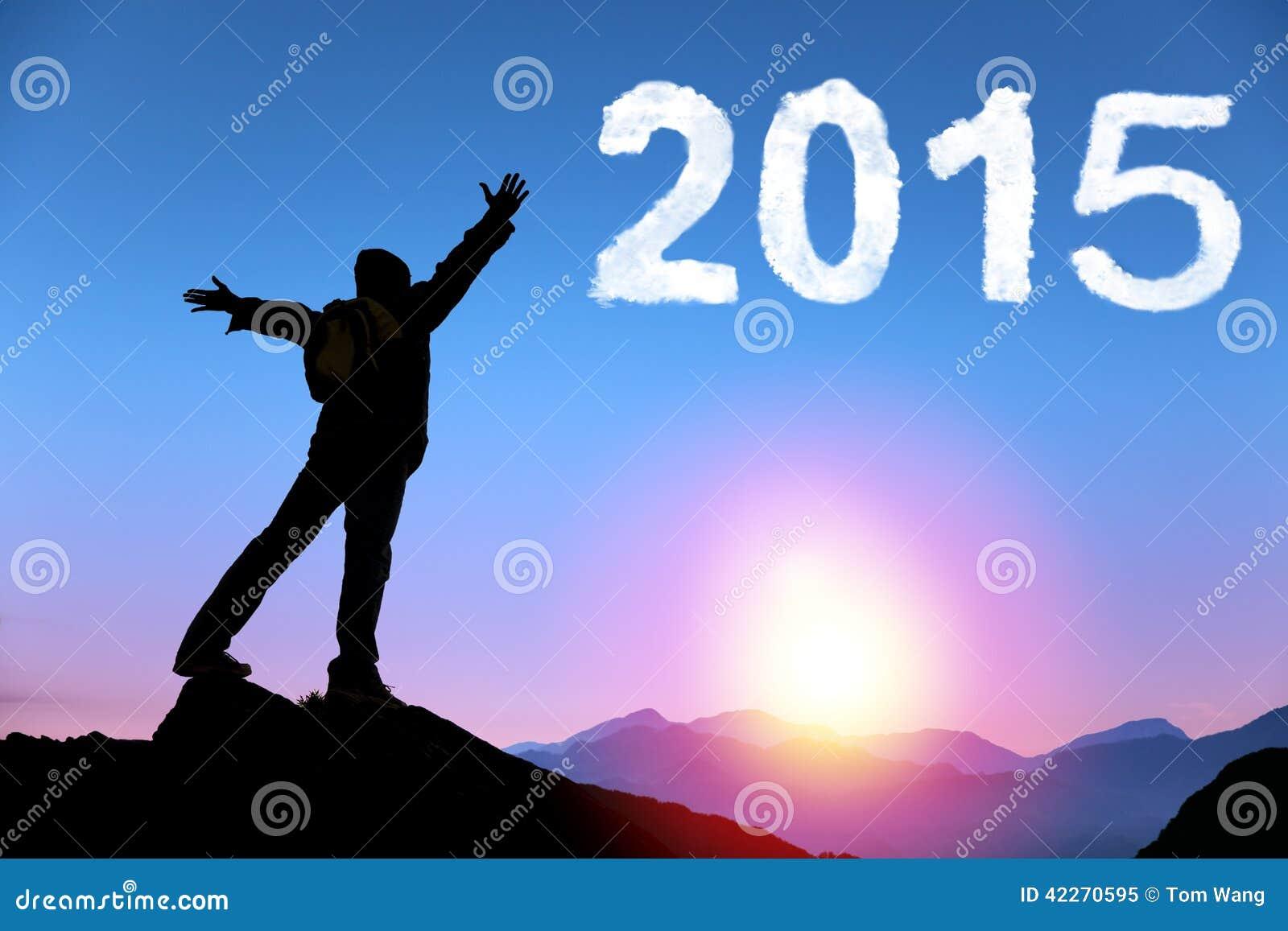 Bonne année 2015 jeune homme se tenant sur le dessus de la montagne
