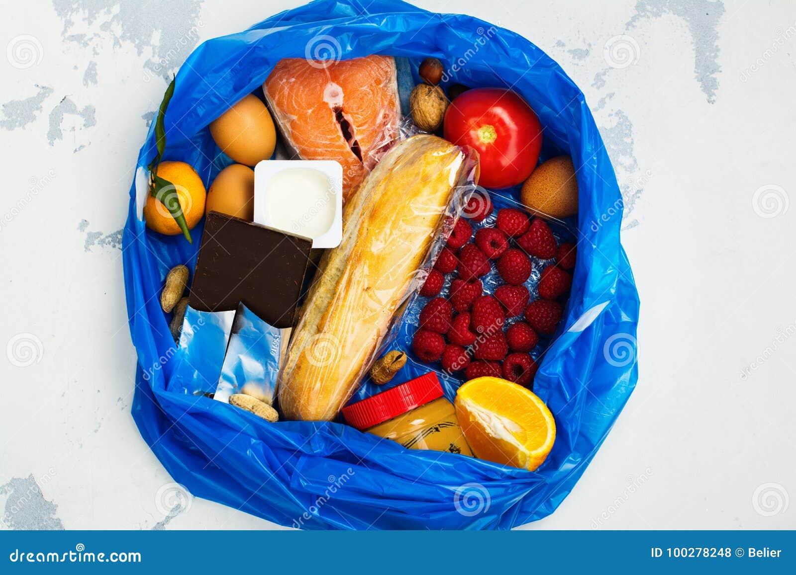 Bonne nourriture dans le sac de déchets