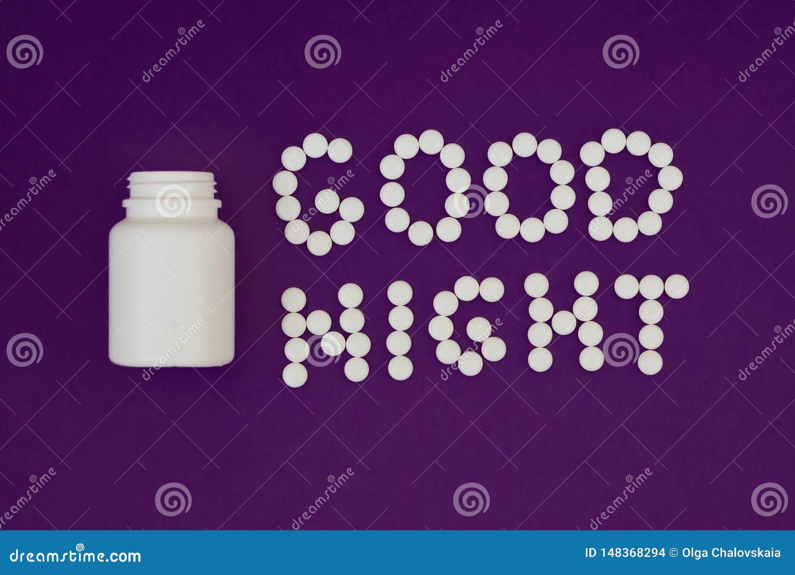 Bonne nuit d inscription faite à partir des pilules blanches Bouteille de pilule sur le fond violet Concept d insomnie