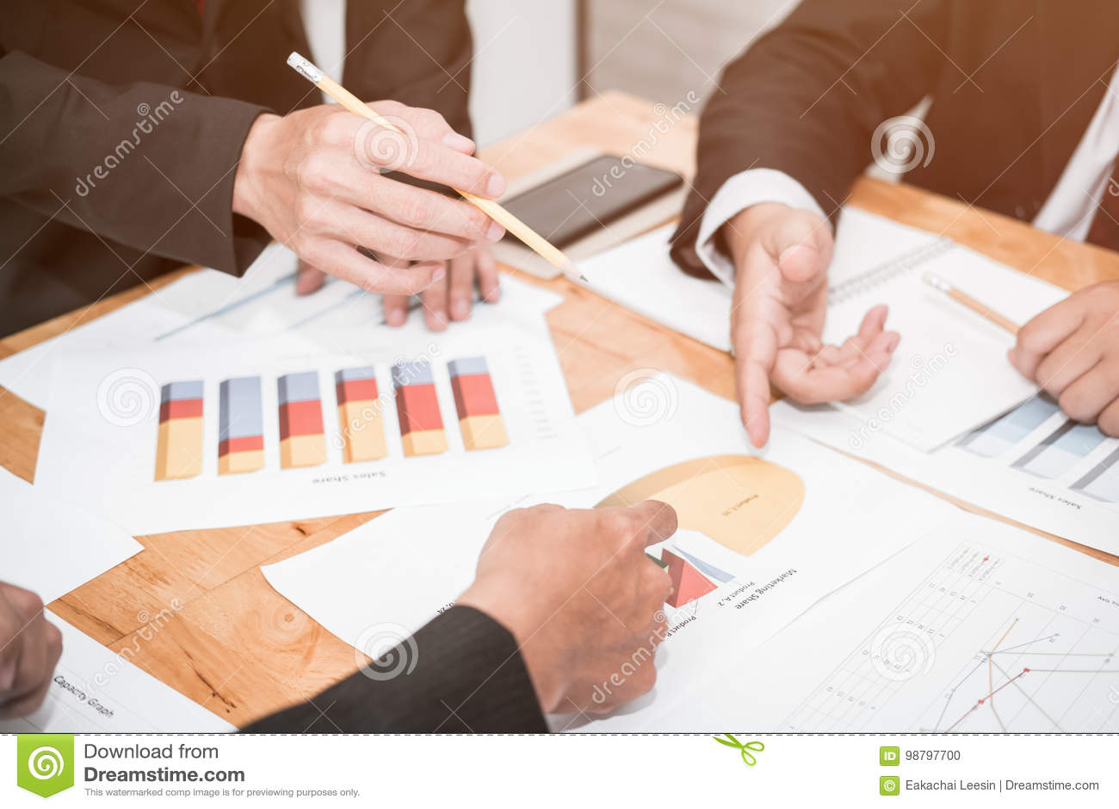 Bons travail d équipe, stratégie de lieu de travail, hommes d affaires se réunissant pour discuter et consulter sur les plans fut
