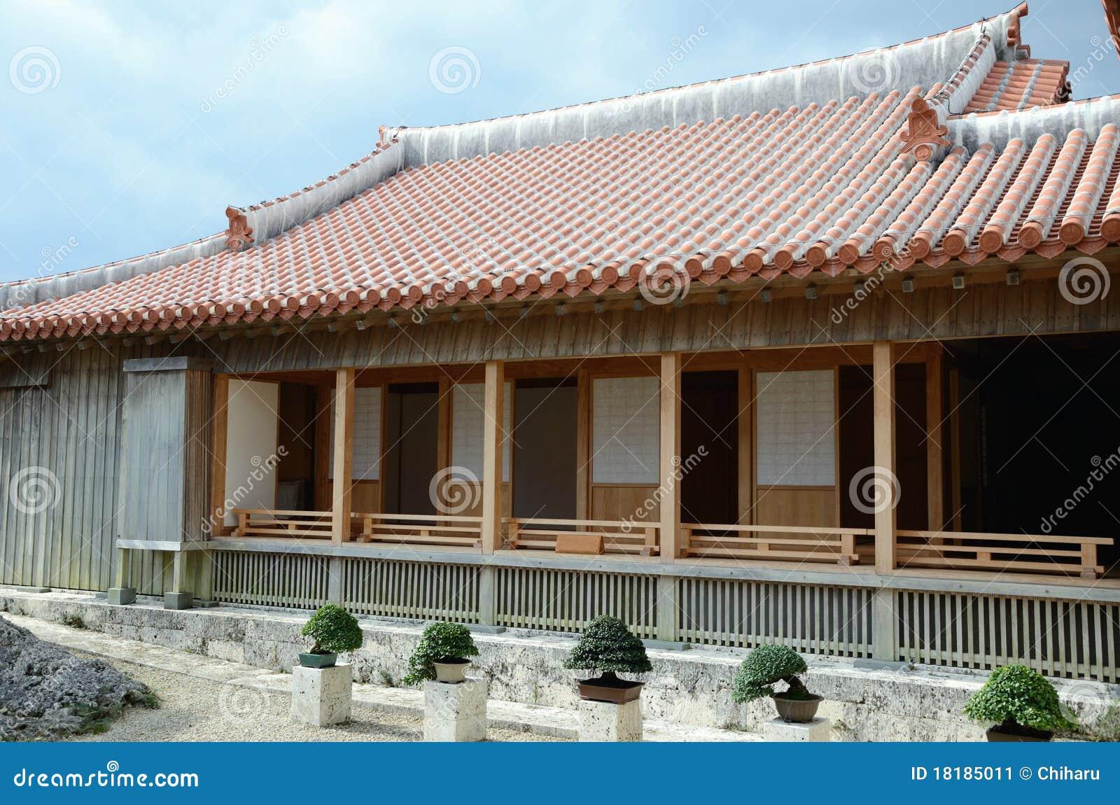 Bonsais Und Traditionelles Japanisches Haus Stockbild