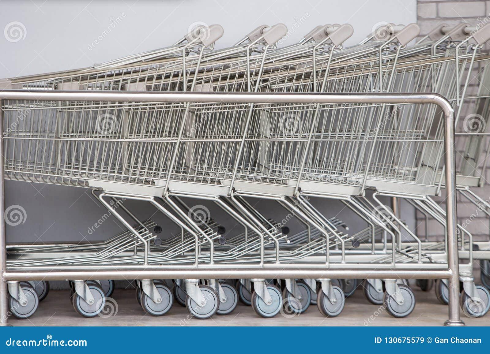 Boodschappenwagentjes, Boodschappenwagentjekarretje in rij kleinhandelswarenhuis,