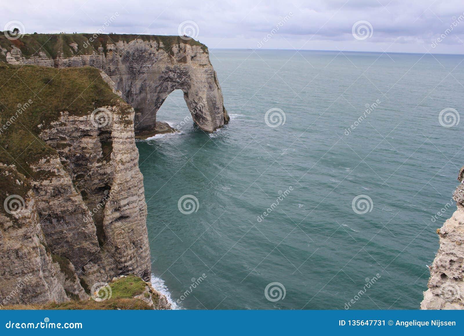 Boog in de witte albasten klippenkust in normady, Frankrijk in de zomer
