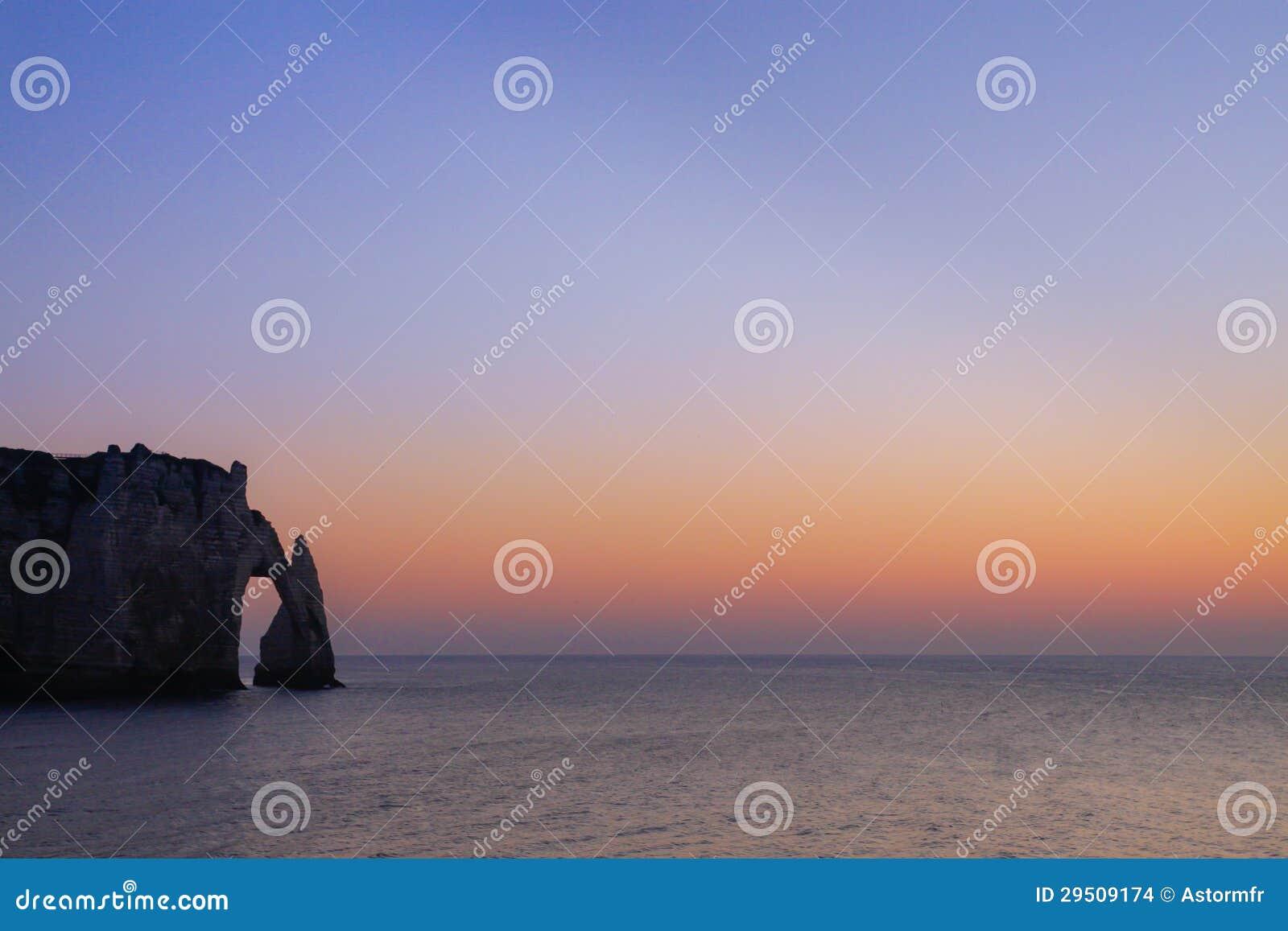 Boog in het overzees in de kust van Normandië in Frankrijk
