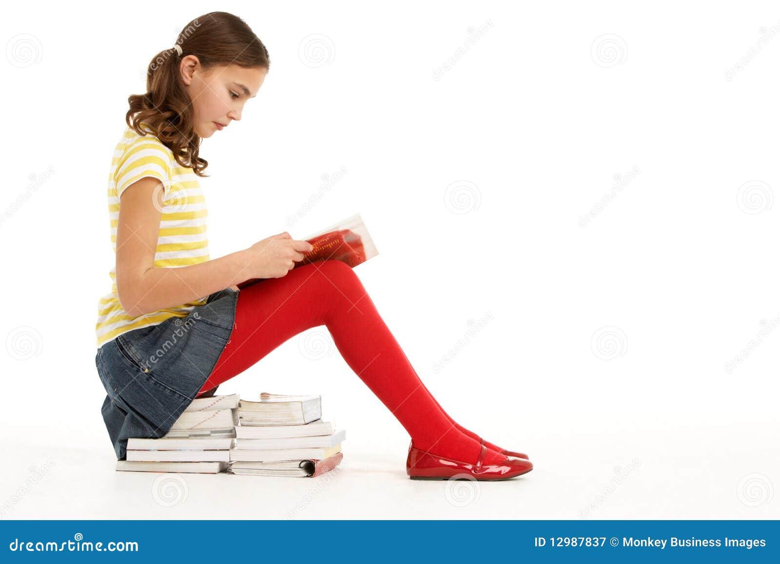 Books Sittande Barn För Flickastapelavläsning Fotografering för ... d58d31c6575f1