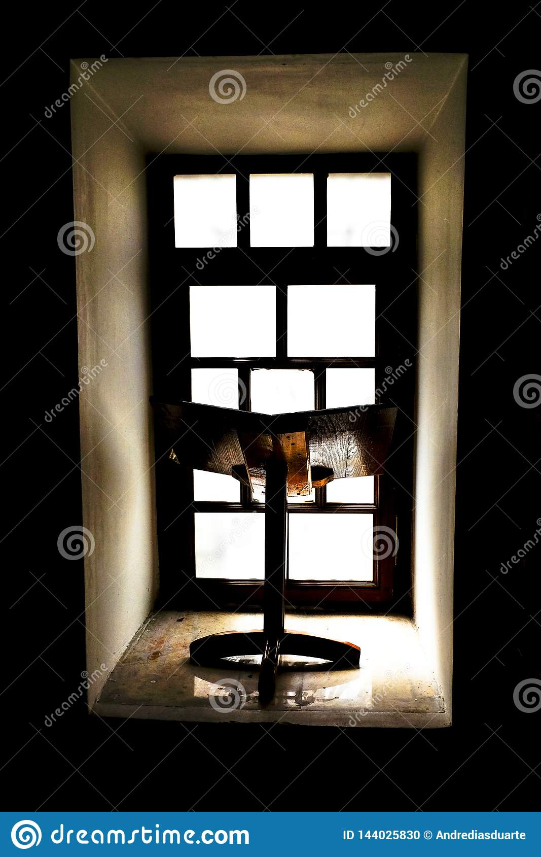 Bookstand mit Fenster im Hintergrund