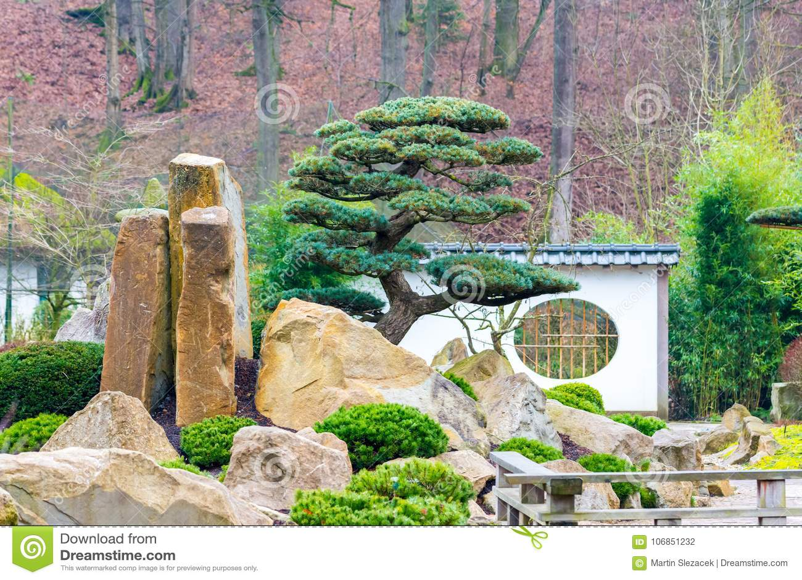 Boom Kleine Tuin : Boom in de tuin van japan met grote stenen en de kleine bouw