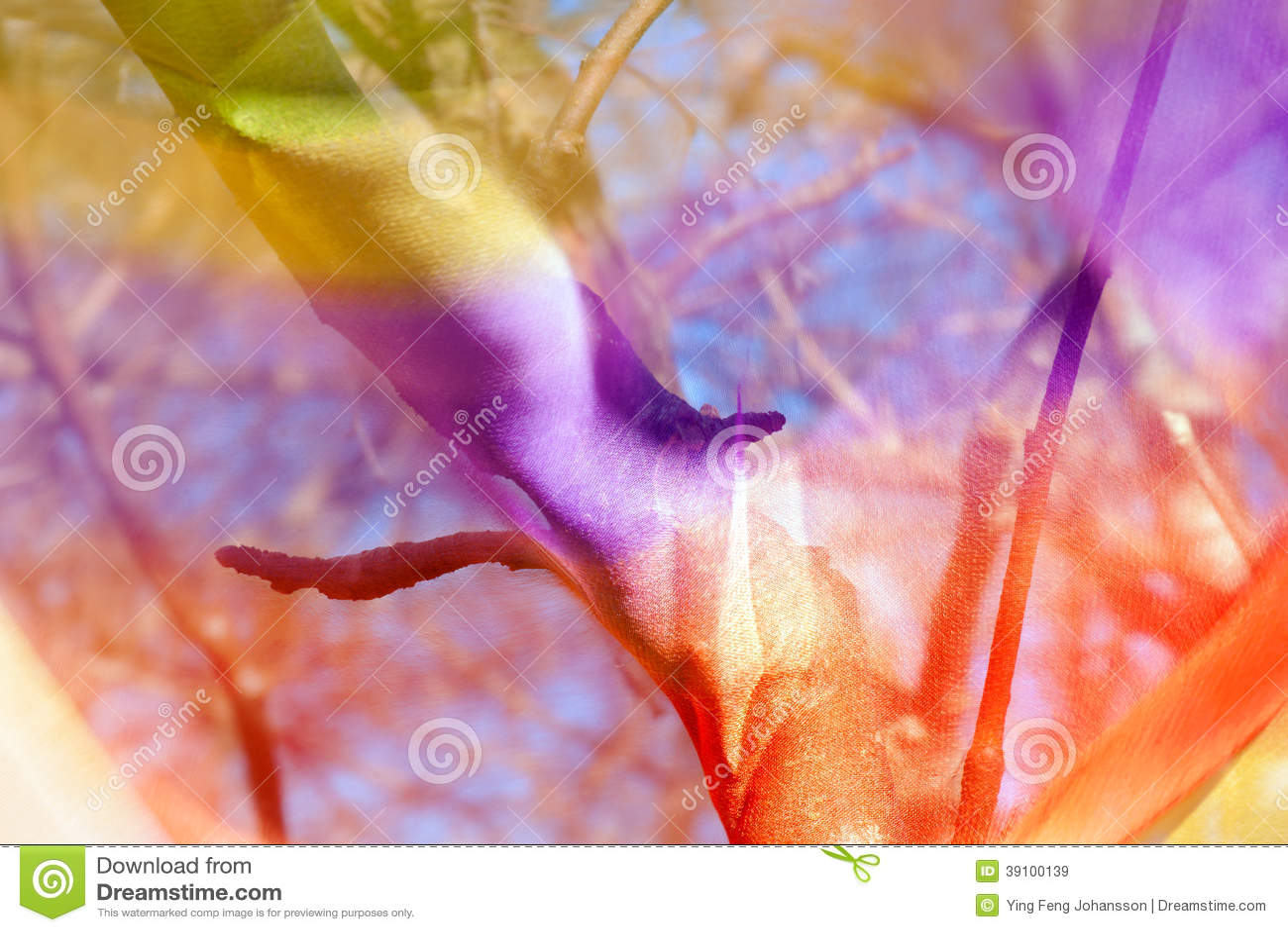 Boom door transparante kleurrijke stof wordt gezien die