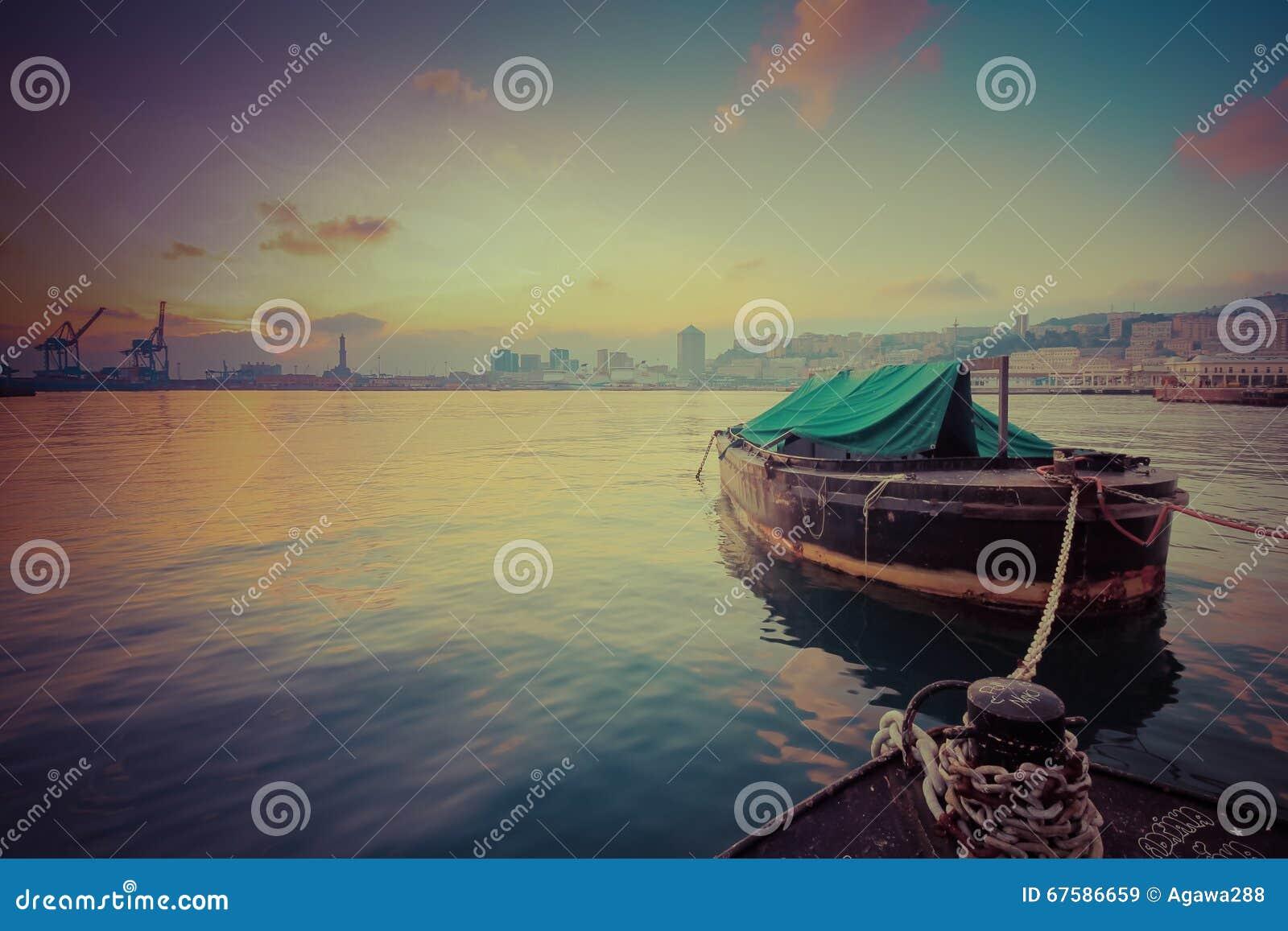 Boot angekoppelt in der Hafensonnenuntergangzeit