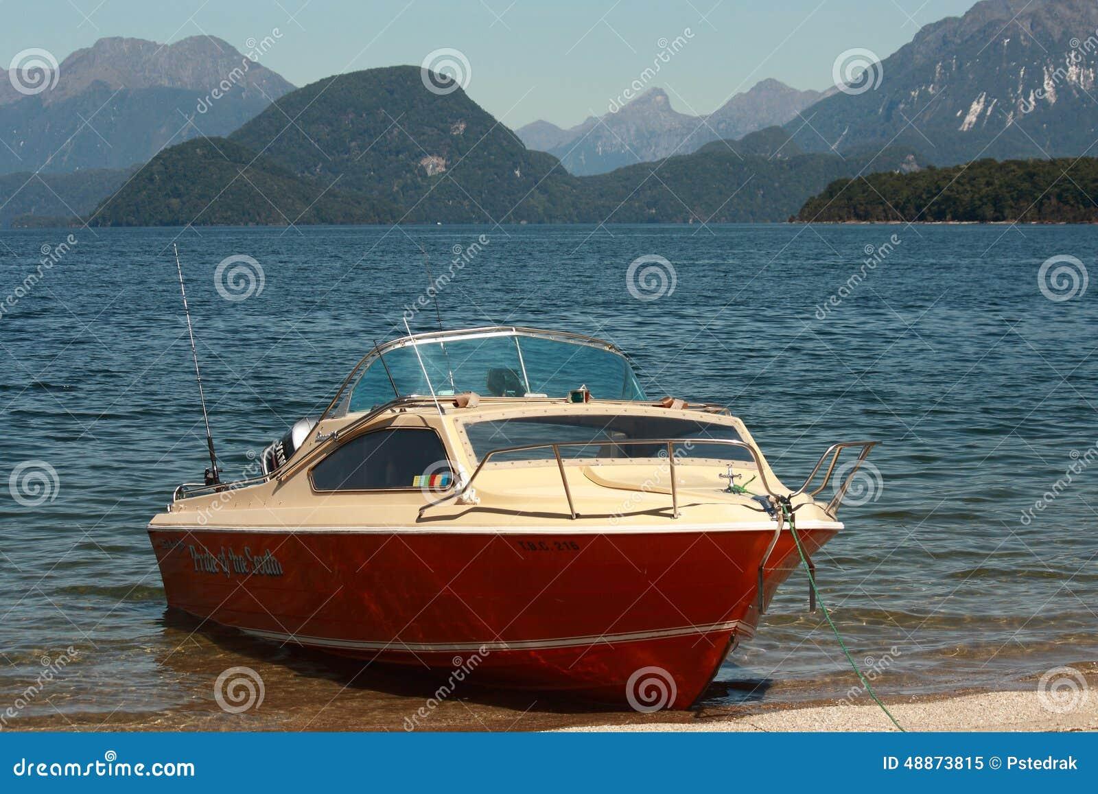 Boot bij meer Te Anau wordt vastgelegd dat