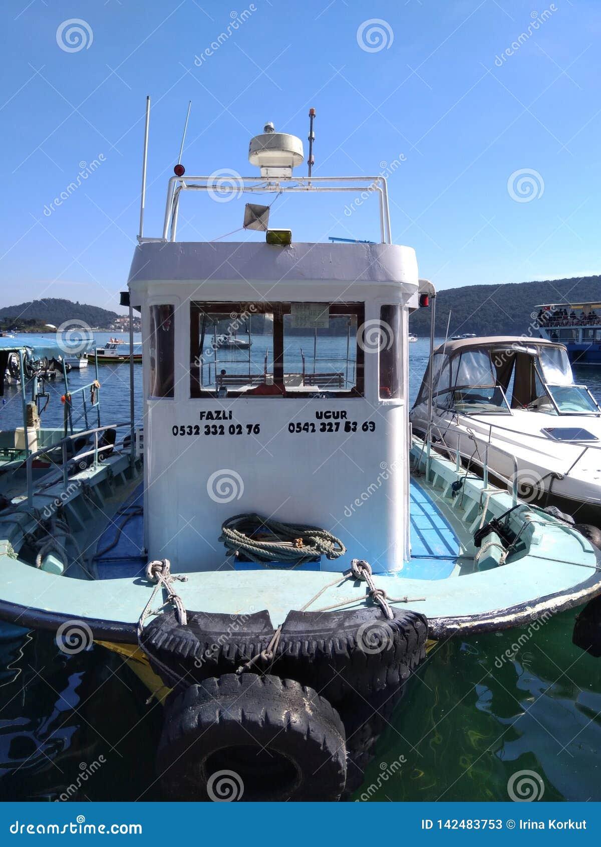Boot die bij het eiland van Burgazada Istanboel bij de zeehaven van Marmara bij zonnige dag blijven
