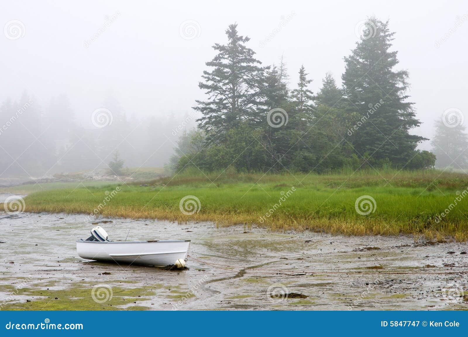 Boot die in mist aan de grond wordt gezet